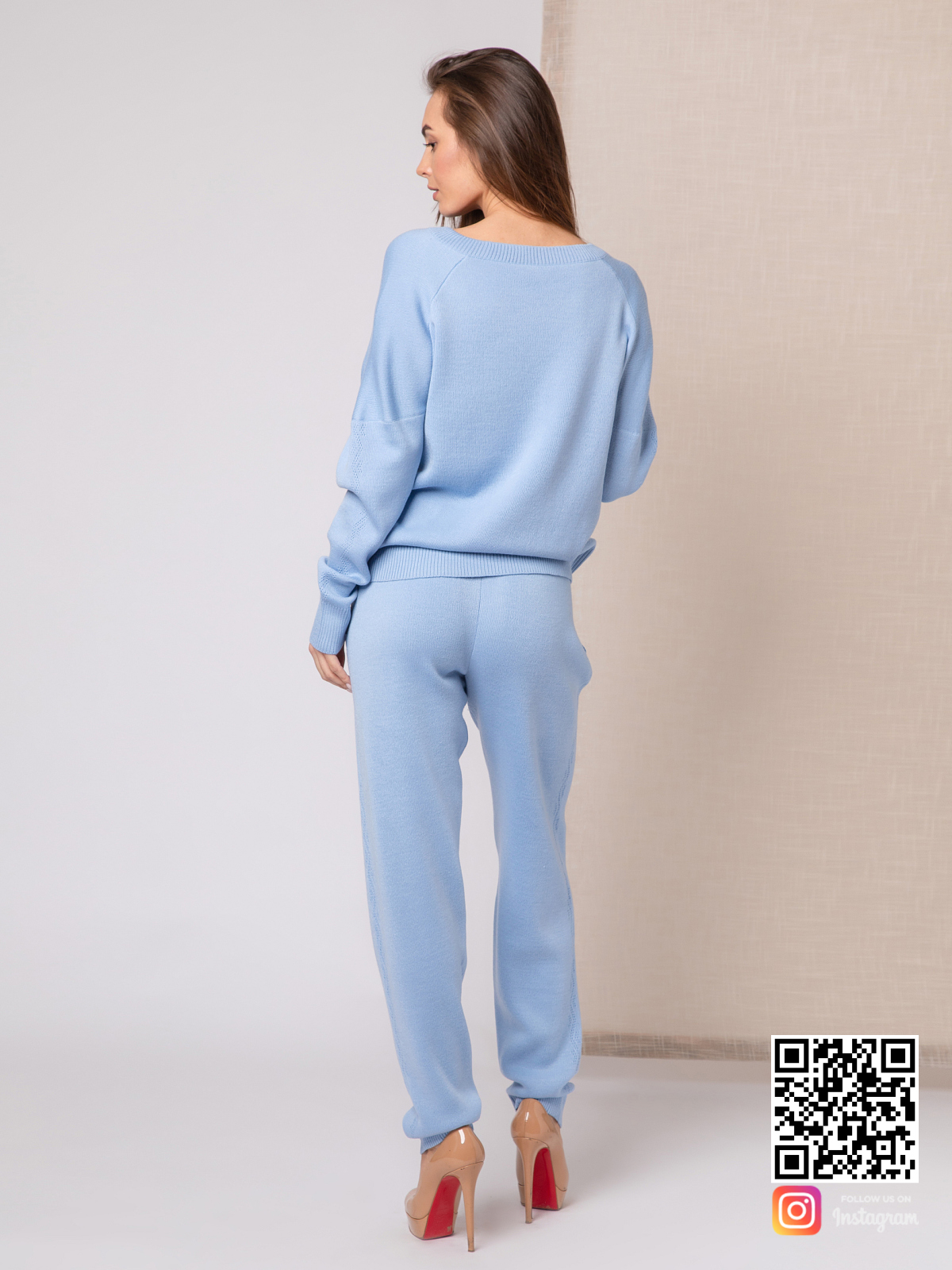 На второй фотографии голубой спортивный костюм женский со спины от Shapar, бренда вязаной одежды ручной работы в интернет-магазине связанных спицами вещей.