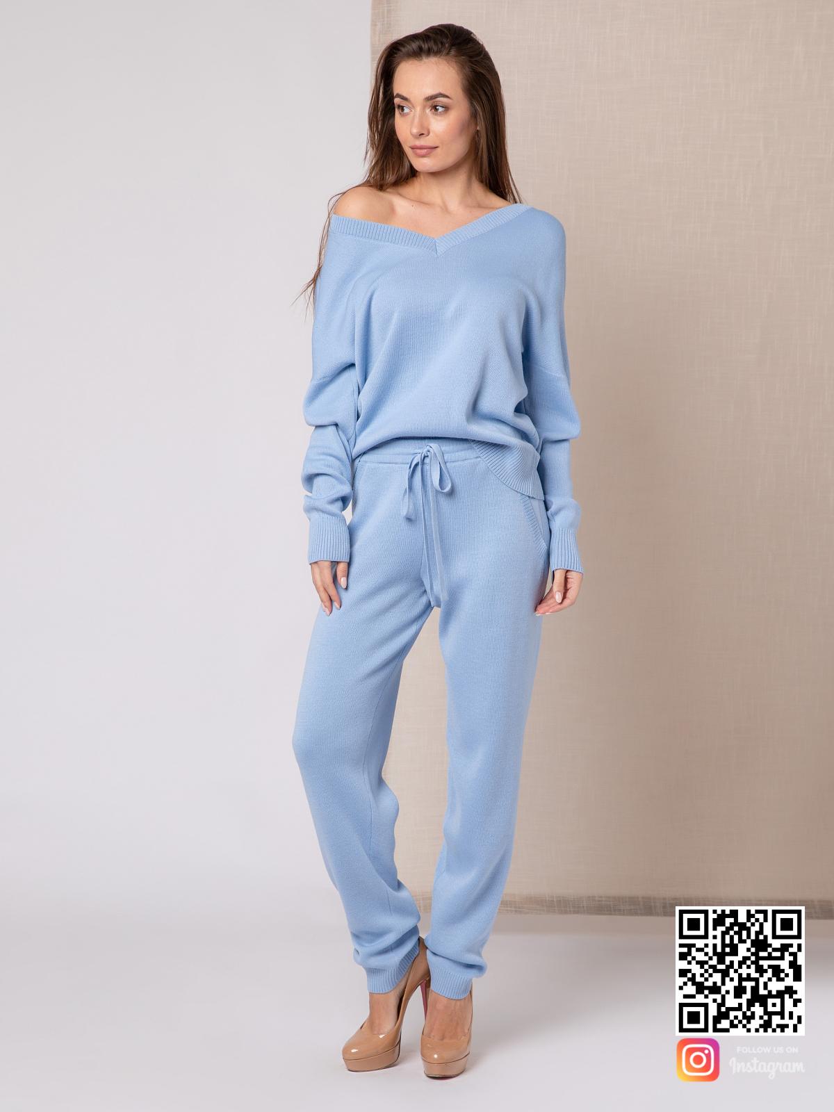 На четвертой фотографии повседневный голубой спортивный костюм женский с v-образным вырезом от Shapar, бренда вязаной одежды ручной работы в интернет-магазине связанных спицами вещей.