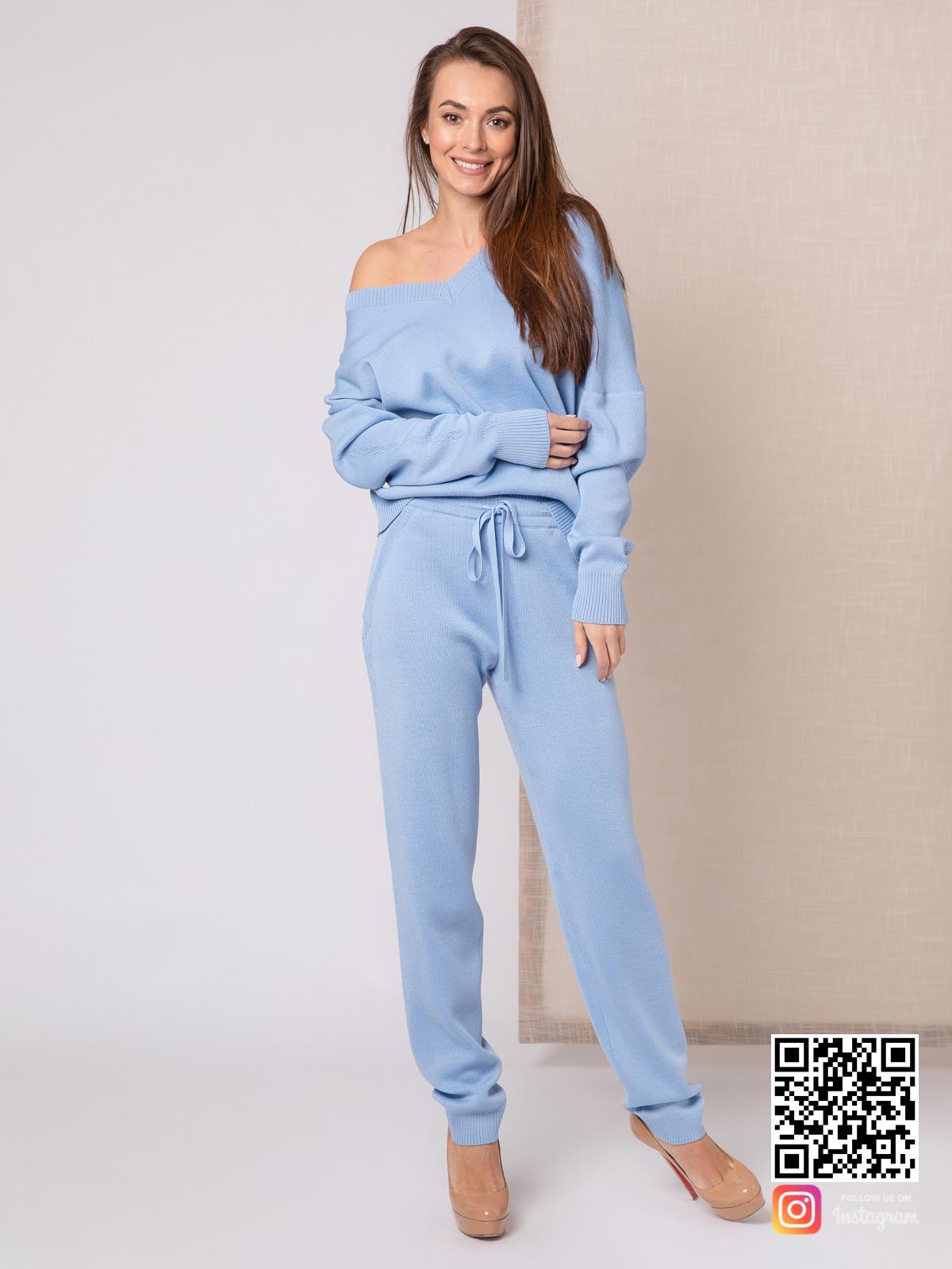 На фотографии голубой спортивный костюм женский от Shapar, бренда вязаной одежды ручной работы в интернет-магазине связанных спицами вещей.