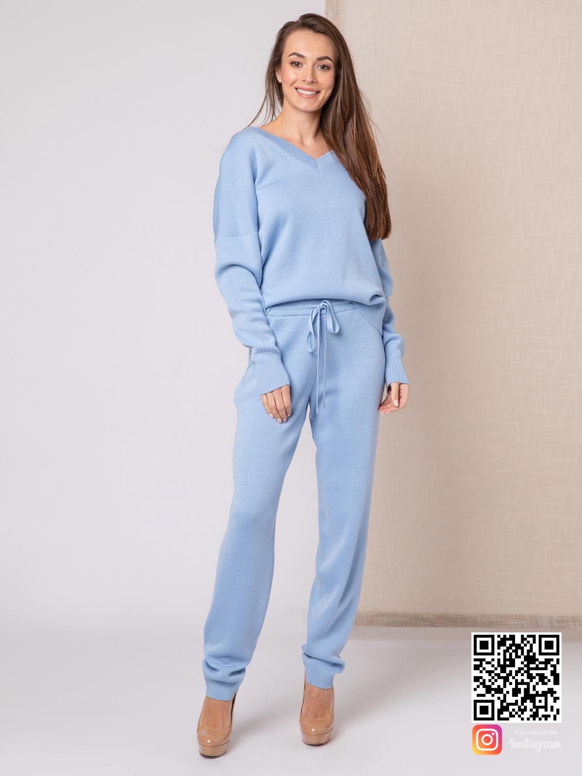 На шестой фотографии модный голубой спортивный костюм женский на каждый день от Shapar, бренда вязаной одежды ручной работы в интернет-магазине связанных спицами вещей.