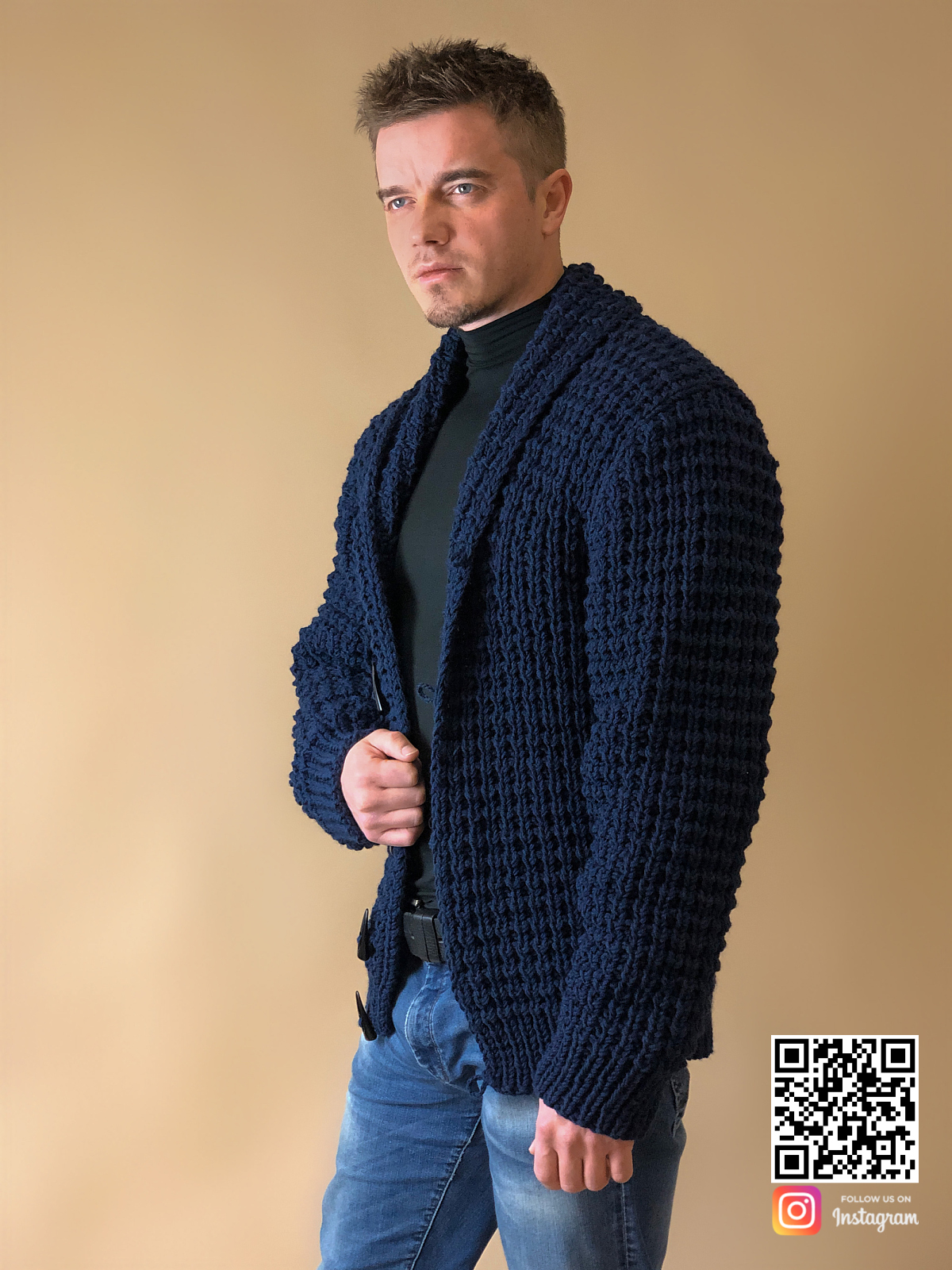 На четвертой фотографии стильный кардиган для мужчин от Shapar, бренда вязаной одежды ручной работы в интернет-магазине связанных спицами вещей.