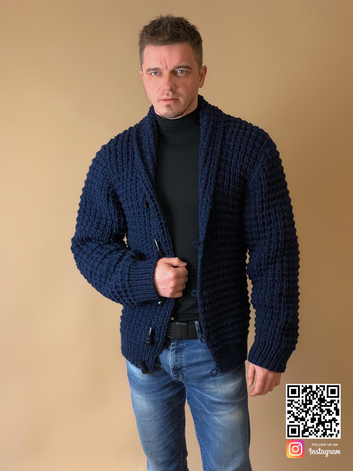 На фотографии кардиган для мужчин от Shapar, бренда вязаной одежды ручной работы в интернет-магазине связанных спицами вещей.