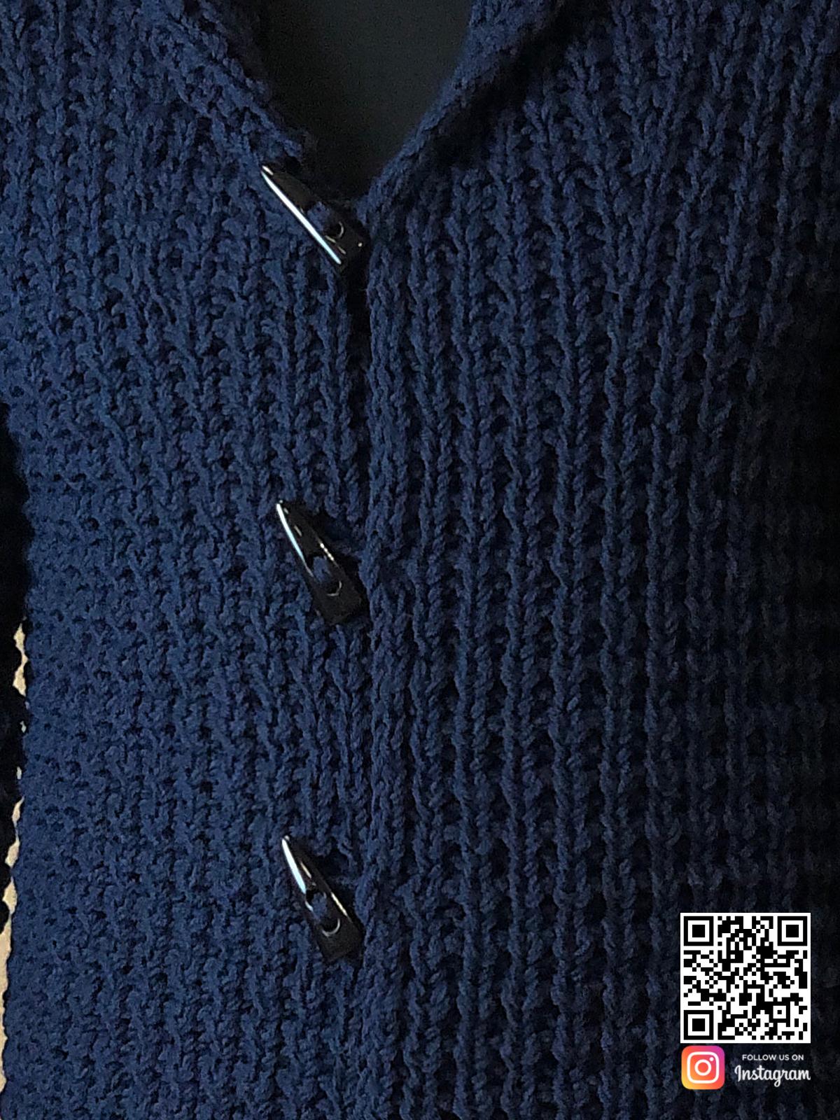 На шестой фотографии кардиган для мужчин крупным планом от Shapar, бренда вязаной одежды ручной работы в интернет-магазине связанных спицами вещей.