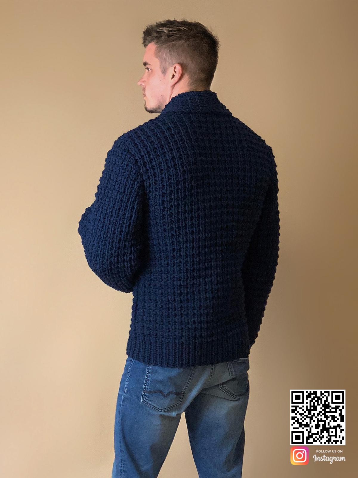 На второй фотографии кардиган для мужчин со спины от Shapar, бренда вязаной одежды ручной работы в интернет-магазине связанных спицами вещей.