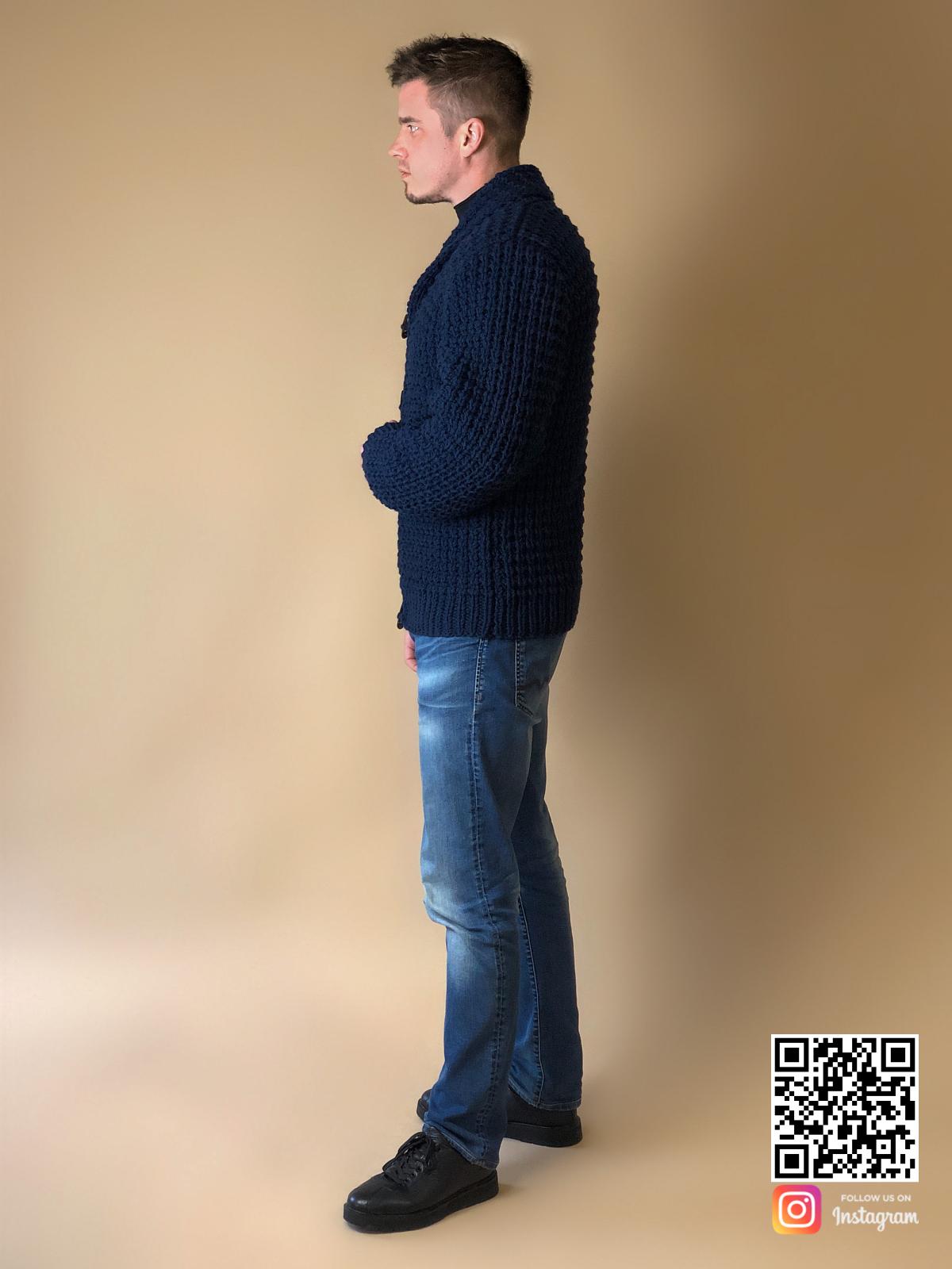 На пятой фотографии шерстяной кардиган для мужчин от Shapar, бренда вязаной одежды ручной работы в интернет-магазине связанных спицами вещей.