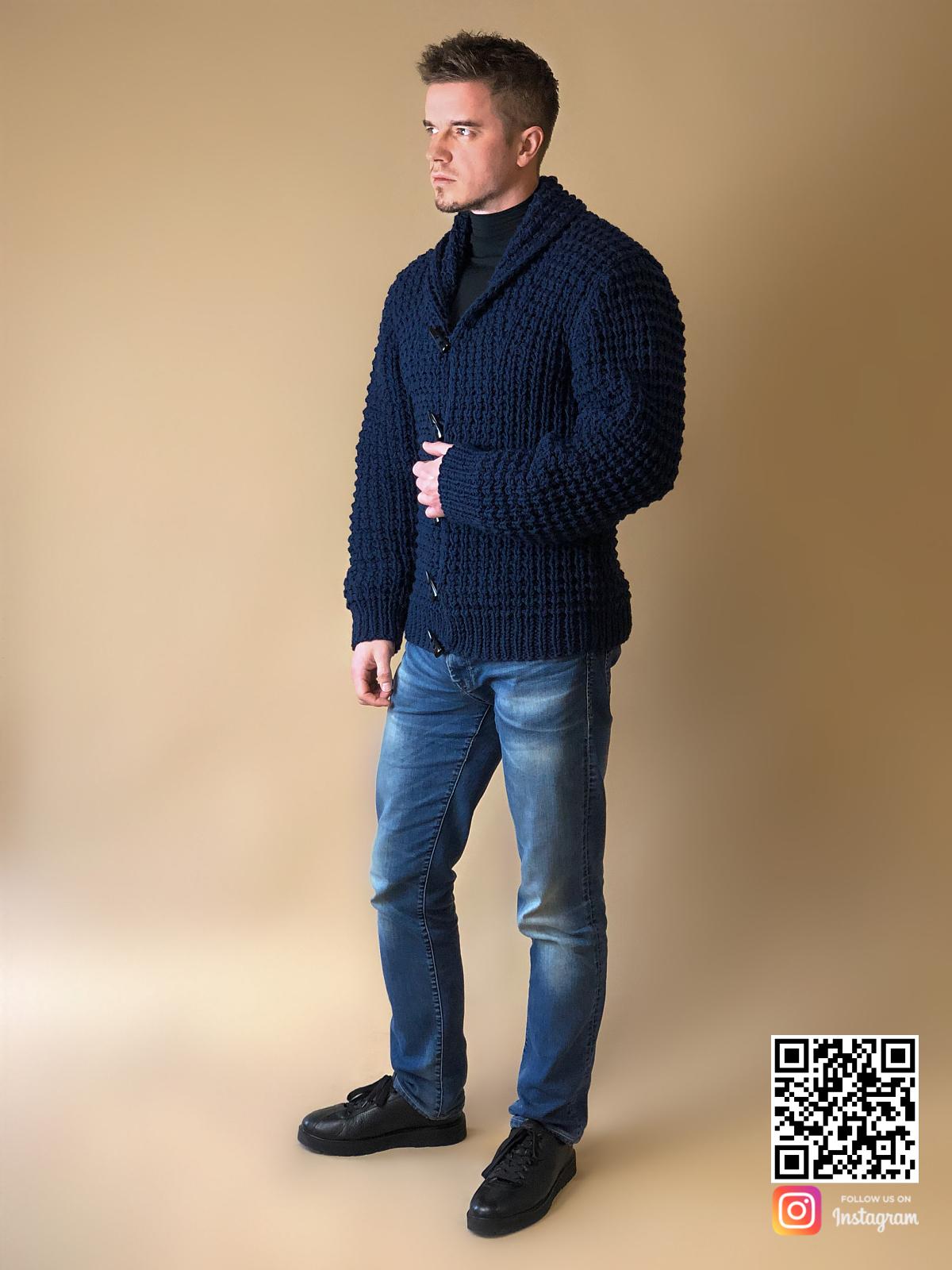 На седьмой фотографии темно-синий кардиган для мужчин от Shapar, бренда вязаной одежды ручной работы в интернет-магазине связанных спицами вещей.