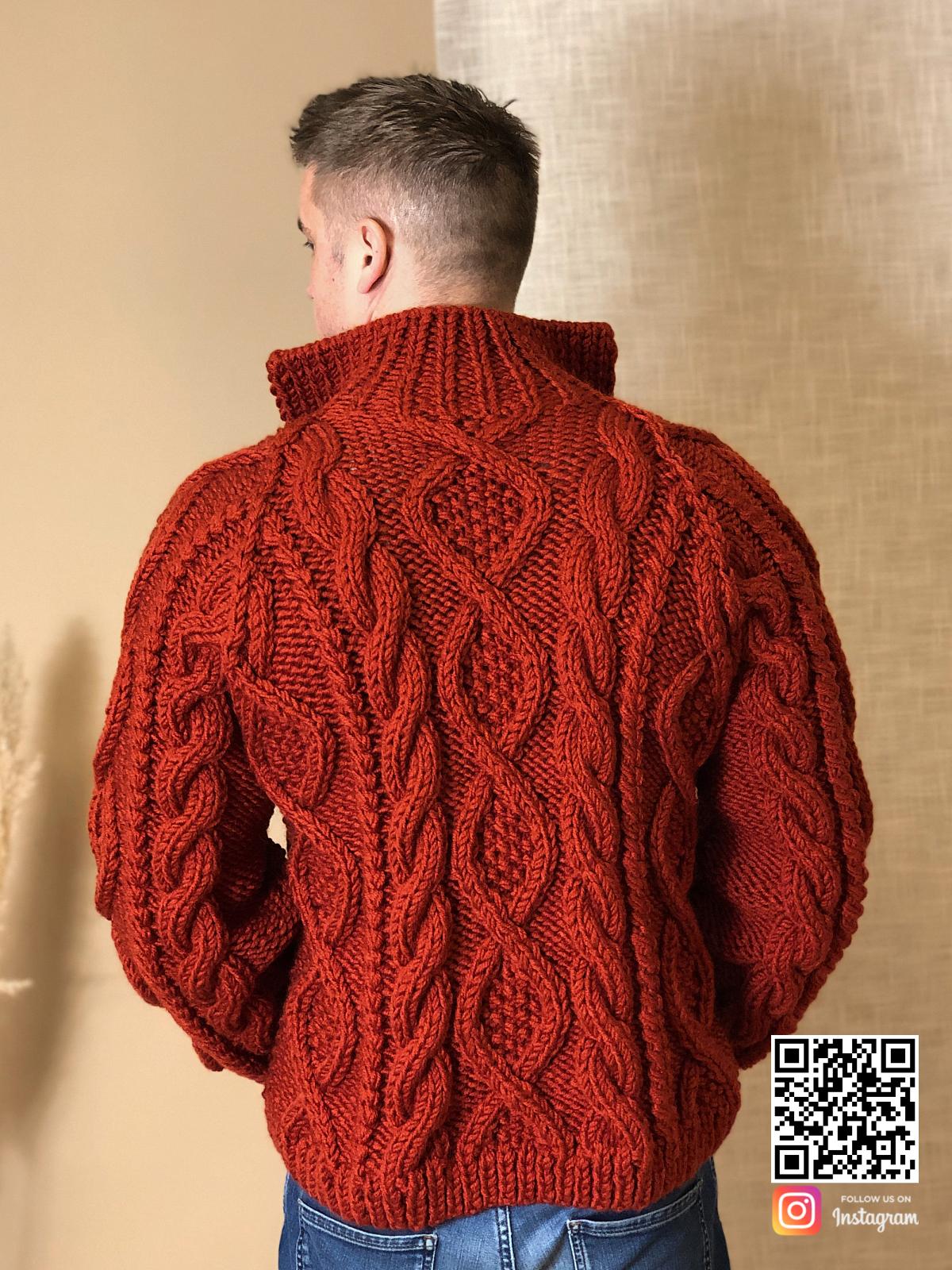 На второй фотографии кардиган крупной вязки мужской со спины от Shapar, бренда вязаной одежды ручной работы в интернет-магазине связанных спицами вещей.