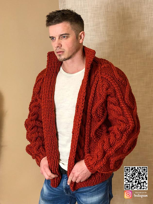 На фотографии кардиган крупной вязки мужской от Shapar, бренда вязаной одежды ручной работы в интернет-магазине связанных спицами вещей.