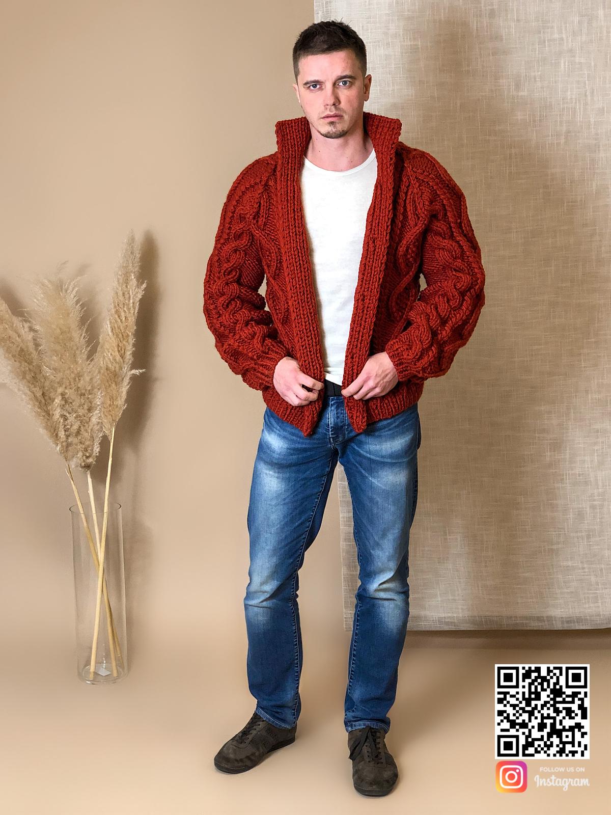 На пятой фотографии кардиган крупной вязки мужской кораллового цвета от Shapar, бренда вязаной одежды ручной работы в интернет-магазине связанных спицами вещей.