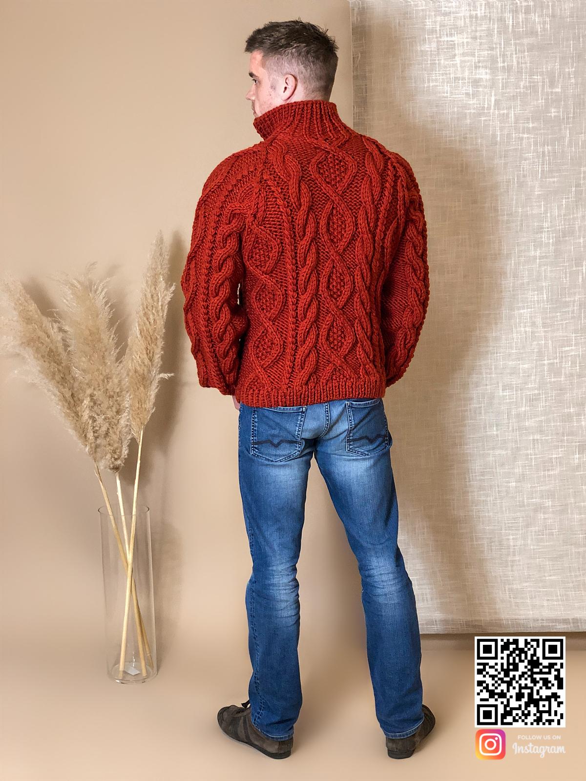 На шестой фотографии мужской кардиган крупной вязки с косами от Shapar, бренда вязаной одежды ручной работы в интернет-магазине связанных спицами вещей.