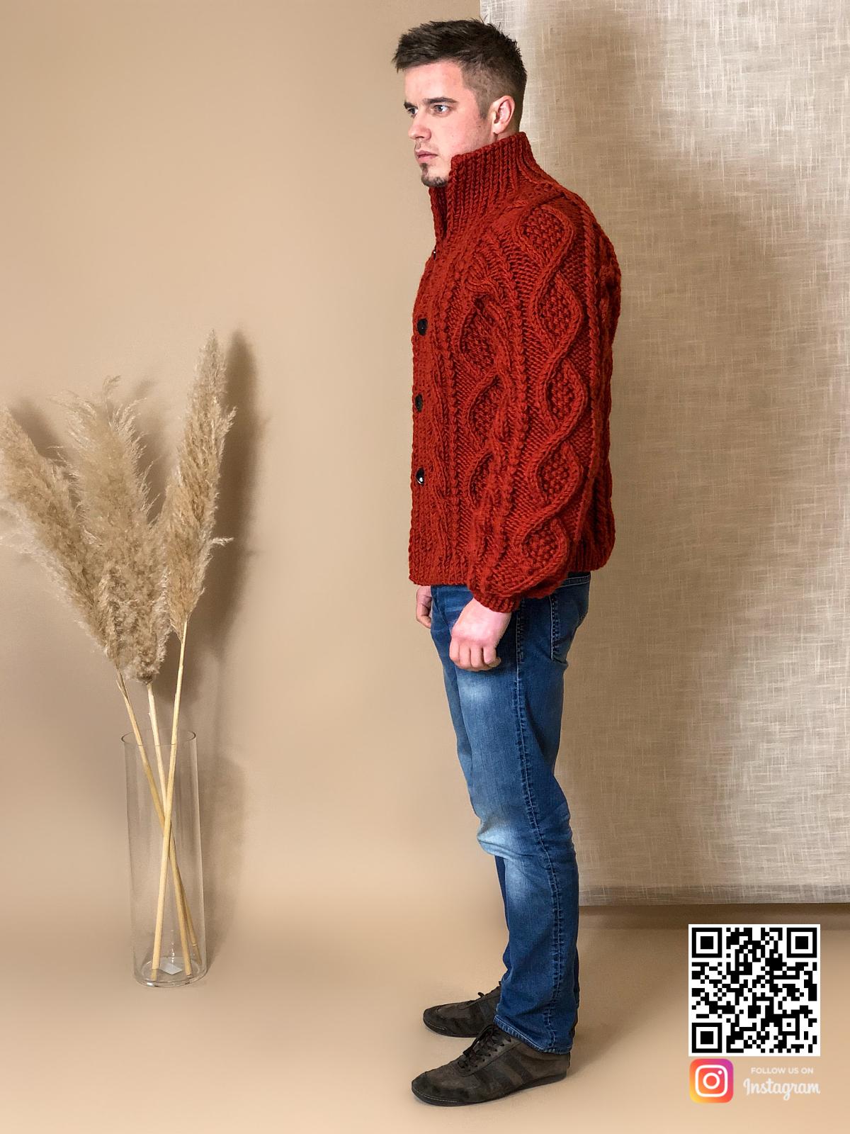 На четвертой фотографии кардиган крупной вязки мужской с высоким воротником от Shapar, бренда вязаной одежды ручной работы в интернет-магазине связанных спицами вещей.