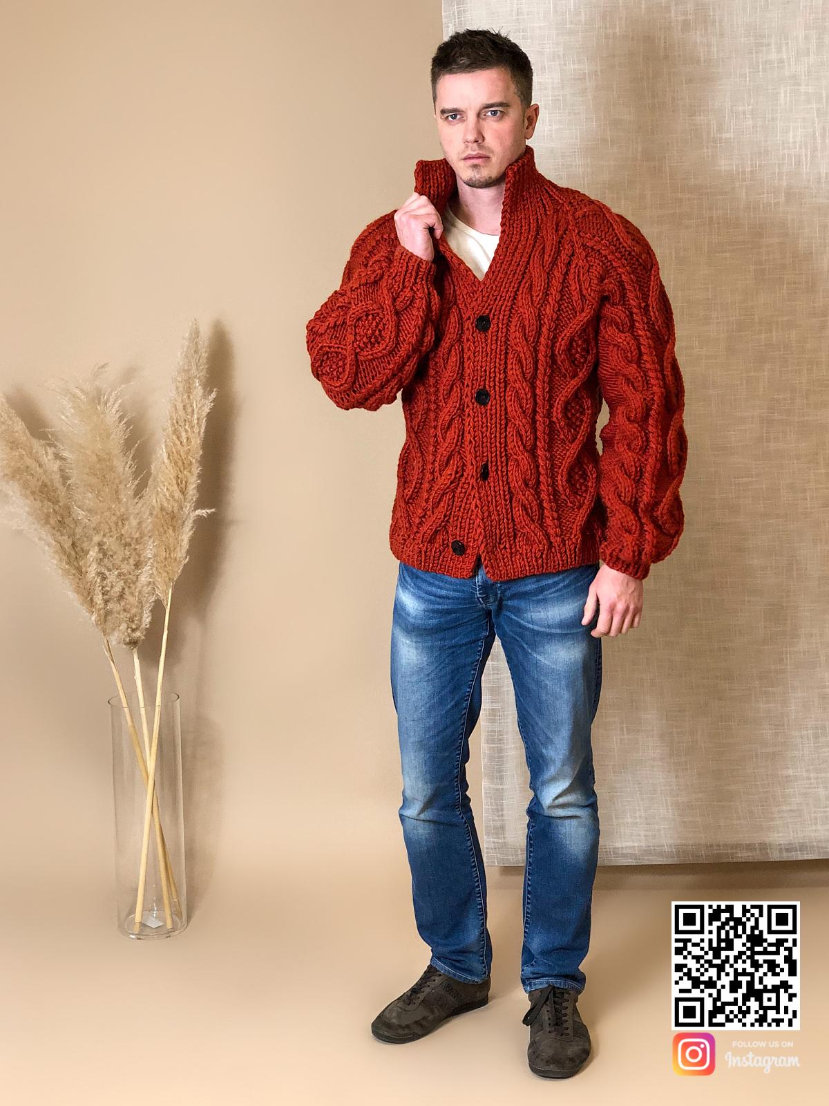 На третьей фотографии кардиган крупной вязки мужской на пуговицах от Shapar, бренда вязаной одежды ручной работы в интернет-магазине связанных спицами вещей.