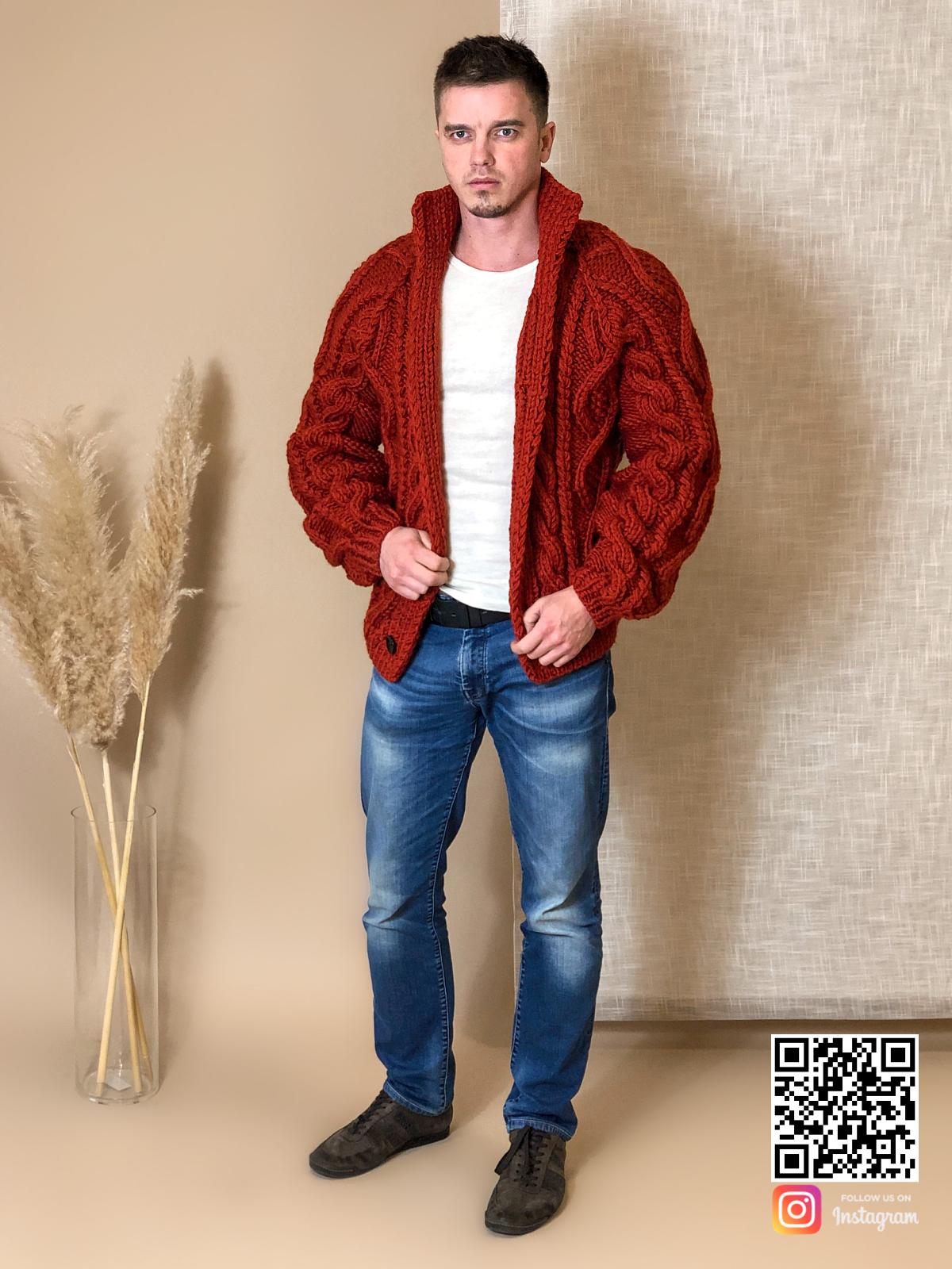 На седьмой фотографии теплый мужской кардиган крупной вязки от Shapar, бренда вязаной одежды ручной работы в интернет-магазине связанных спицами вещей.