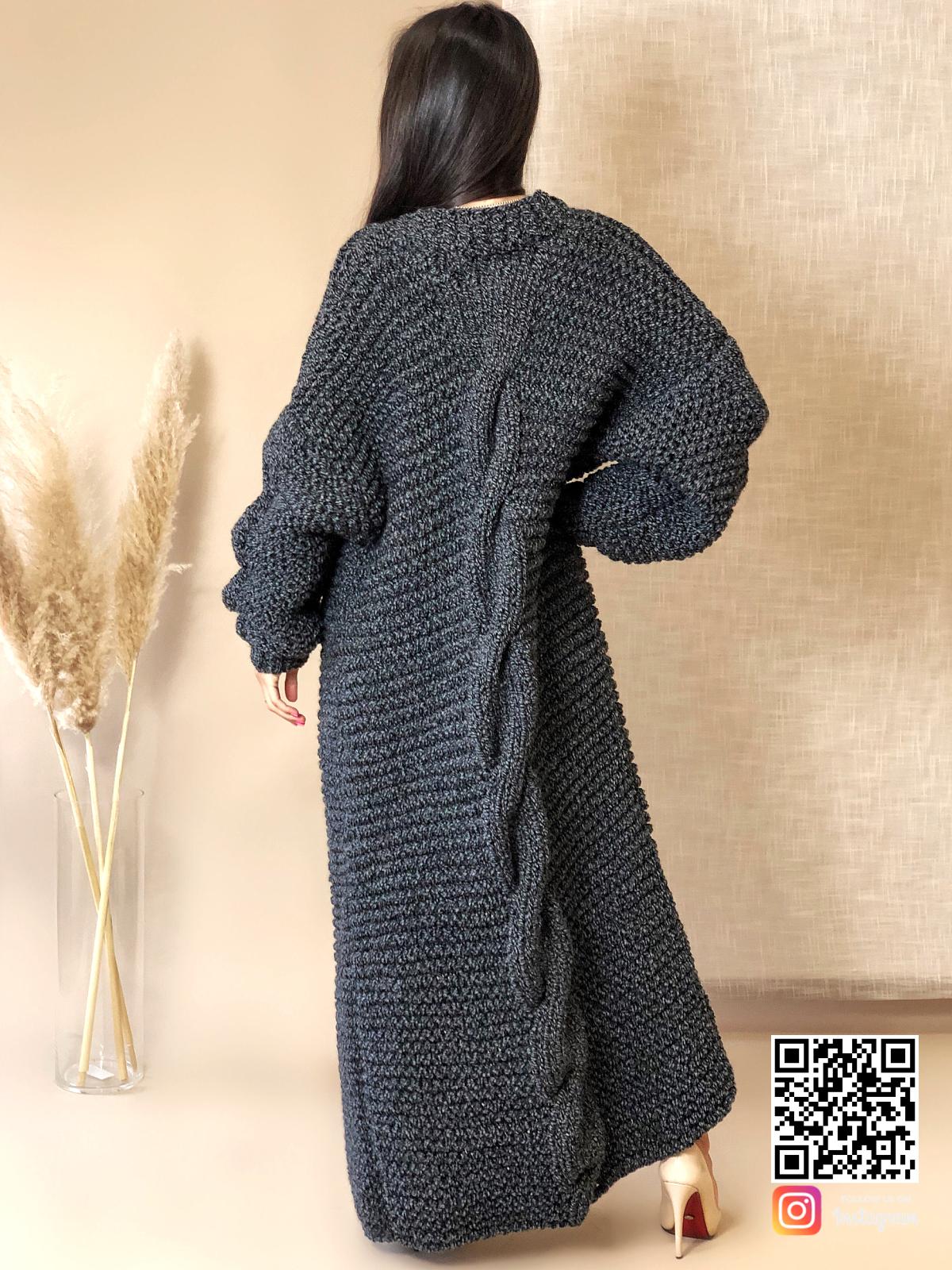 На второй фотографии женский кардиган спицами с косой на спине от Shapar, бренда вязаной одежды ручной работы в интернет-магазине связанных вещей.