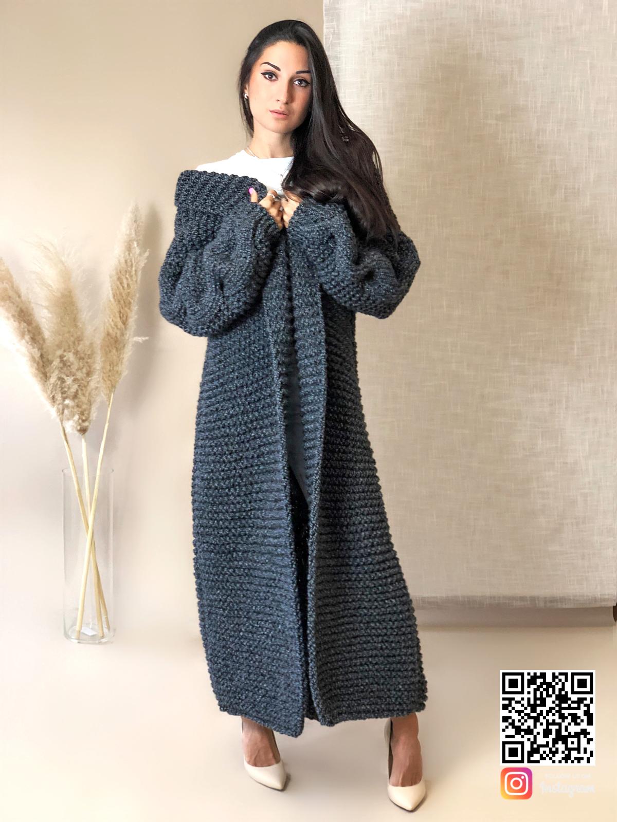 На пятой фотографии женский кардиган спицами крупной вязки с косой от Shapar, бренда вязаной одежды ручной работы в интернет-магазине связанных вещей.