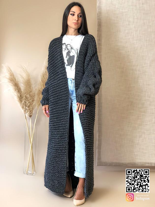 На фотографии женский кардиган спицами с косой от Shapar, бренда вязаной одежды ручной работы в интернет-магазине связанных вещей.
