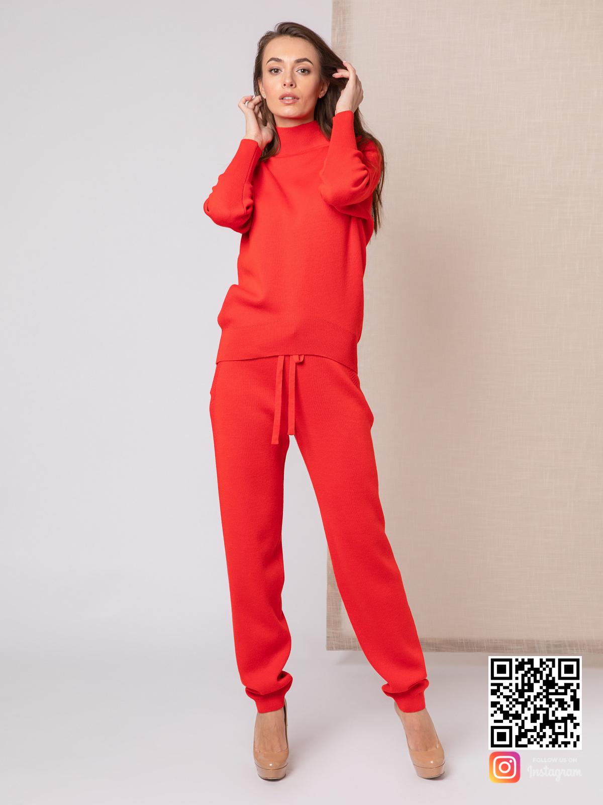 На четвертой фотографии  повседневный красный костюм женский от Shapar, бренда вязаной одежды ручной работы в интернет-магазине связанных спицами вещей.