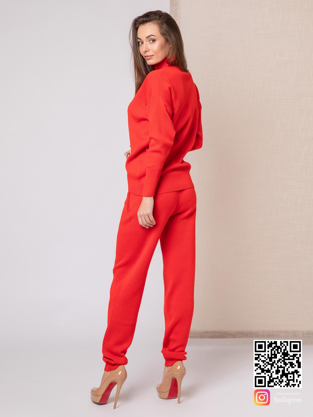 На второй фотографии красный костюм женский со спины от Shapar, бренда вязаной одежды ручной работы в интернет-магазине связанных спицами вещей.