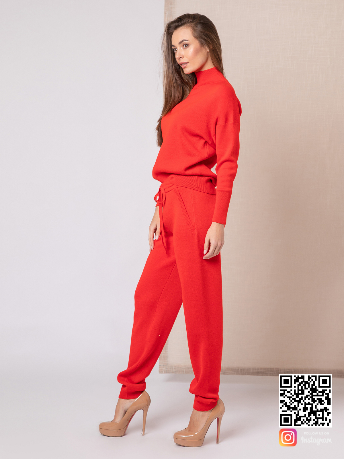 На шестой фотографии красивый спортивный красный костюм женский от Shapar, бренда вязаной одежды ручной работы в интернет-магазине связанных спицами вещей.