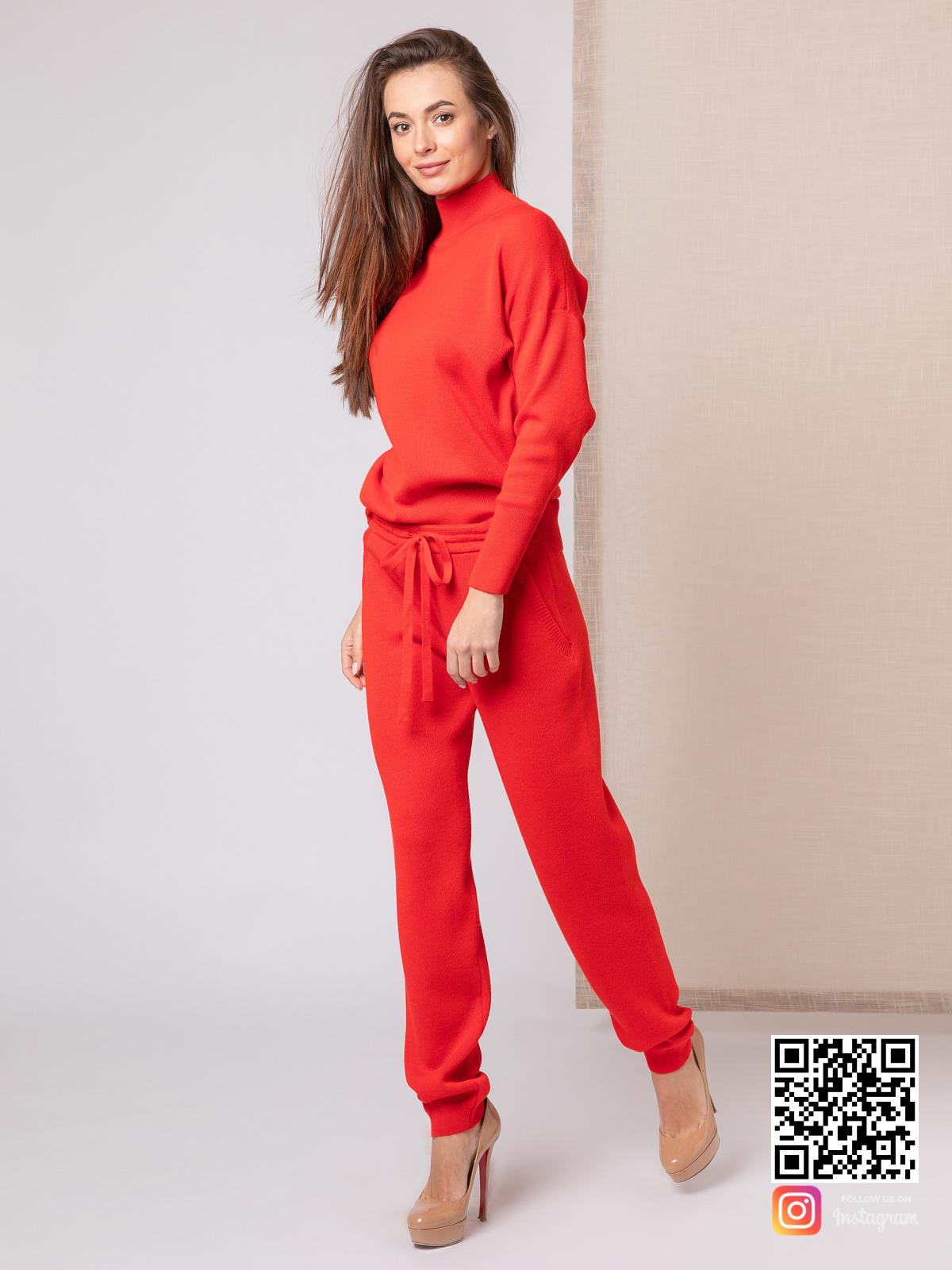 На третьей фотографии красный костюм женский с воротником стойкой от Shapar, бренда вязаной одежды ручной работы в интернет-магазине связанных спицами вещей.