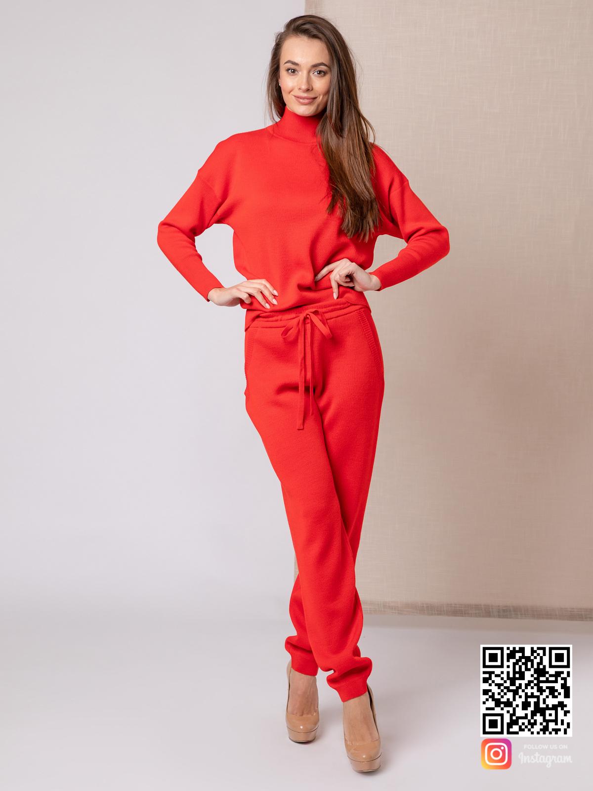 На пятой фотографии красный костюм женский на каждый день от Shapar, бренда вязаной одежды ручной работы в интернет-магазине связанных спицами вещей.