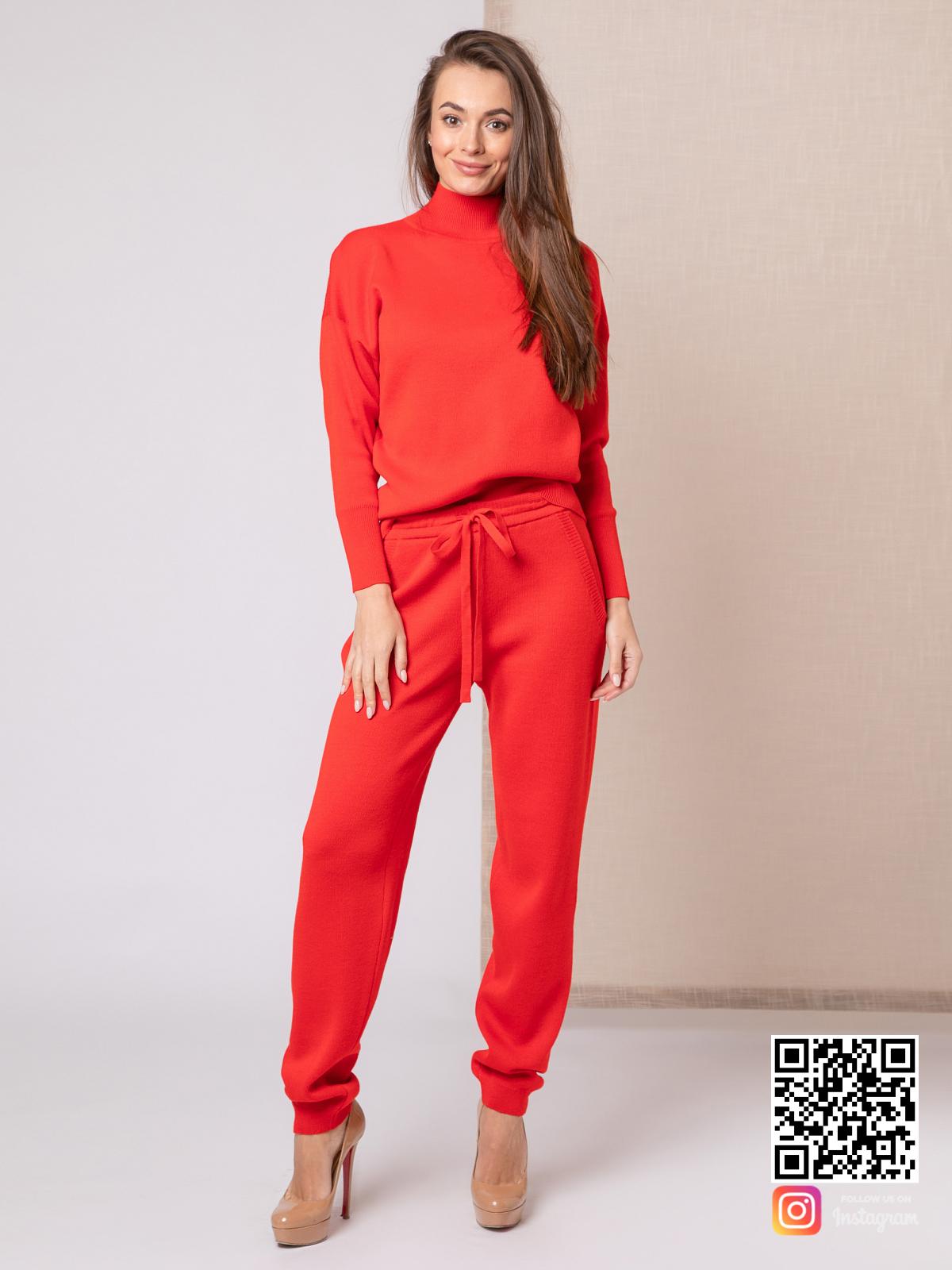 На фотографии красный костюм женский от Shapar, бренда вязаной одежды ручной работы в интернет-магазине связанных спицами вещей.