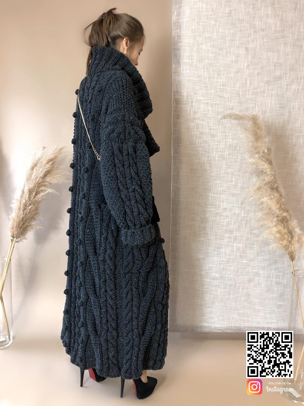 На третьей фотографии женский меланжевый кардиган крупной вязки от Shapar, бренда вязаной одежды ручной работы в интернет-магазине связанных спицами вещей.