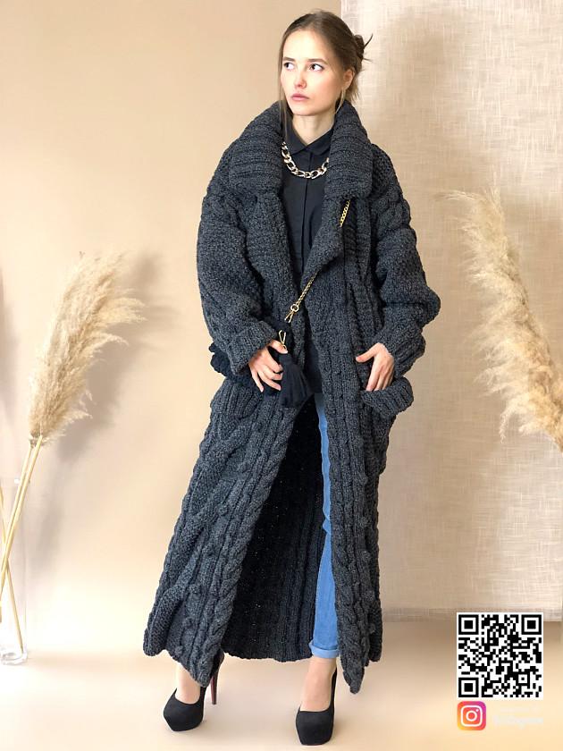 На фотографии женский меланжевый кардиган от Shapar, бренда вязаной одежды ручной работы в интернет-магазине связанных спицами вещей.