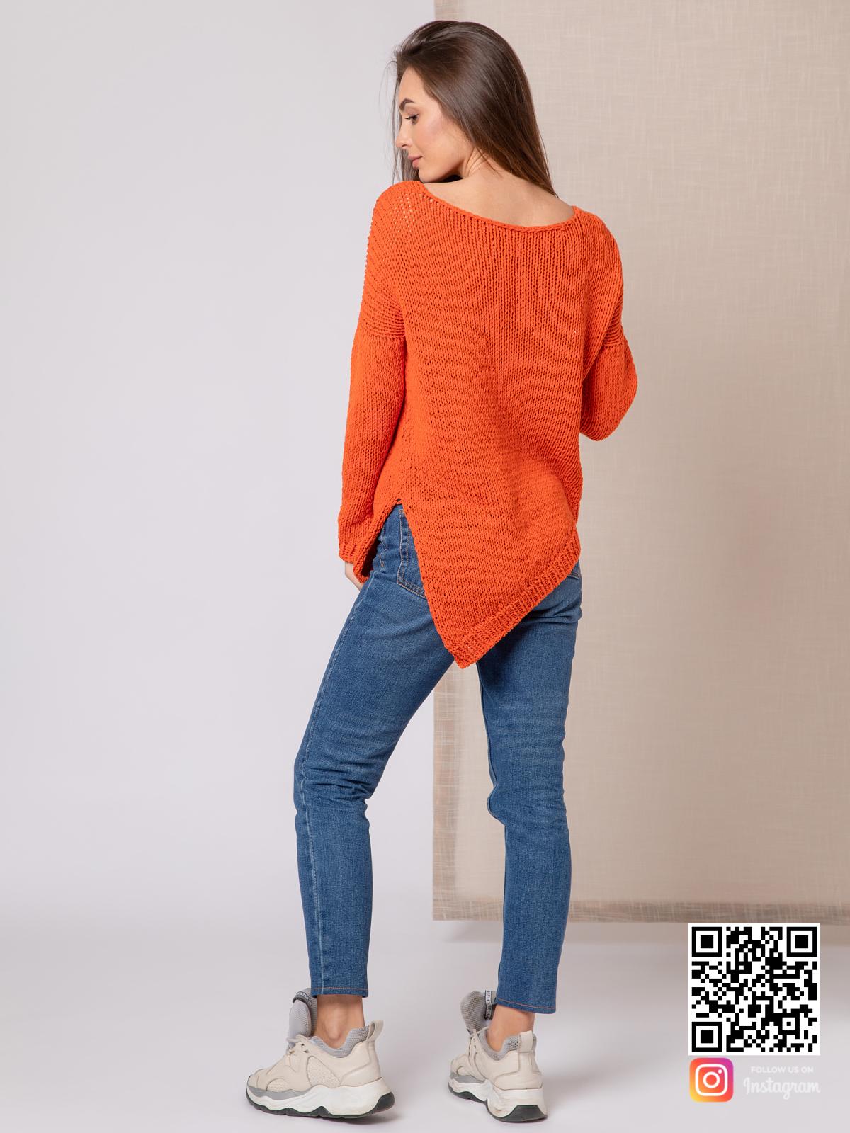 На второй фотографии модный свитер для девушки со спины от Shapar, бренда вязаной одежды ручной работы в интернет-магазине связанных спицами вещей.