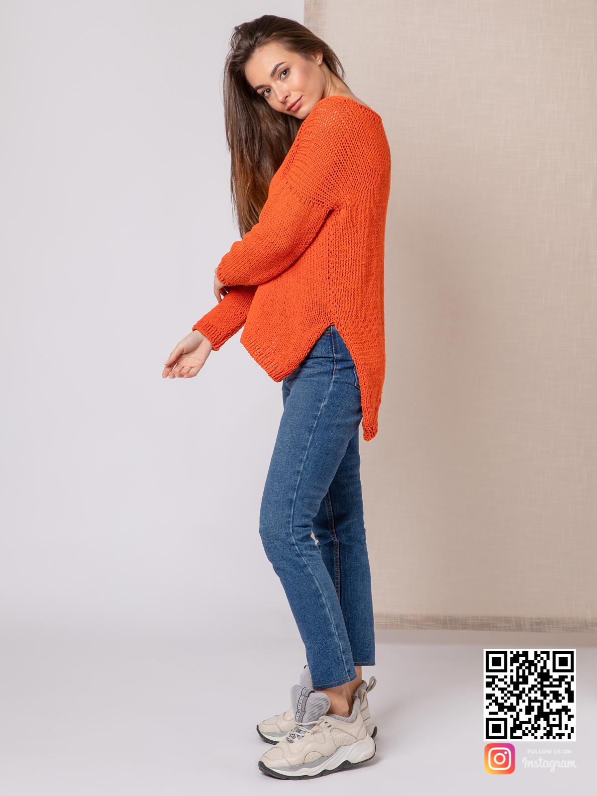 На четвертой фотографии модный свитер для девушки из хлопка от Shapar, бренда вязаной одежды ручной работы в интернет-магазине связанных спицами вещей.