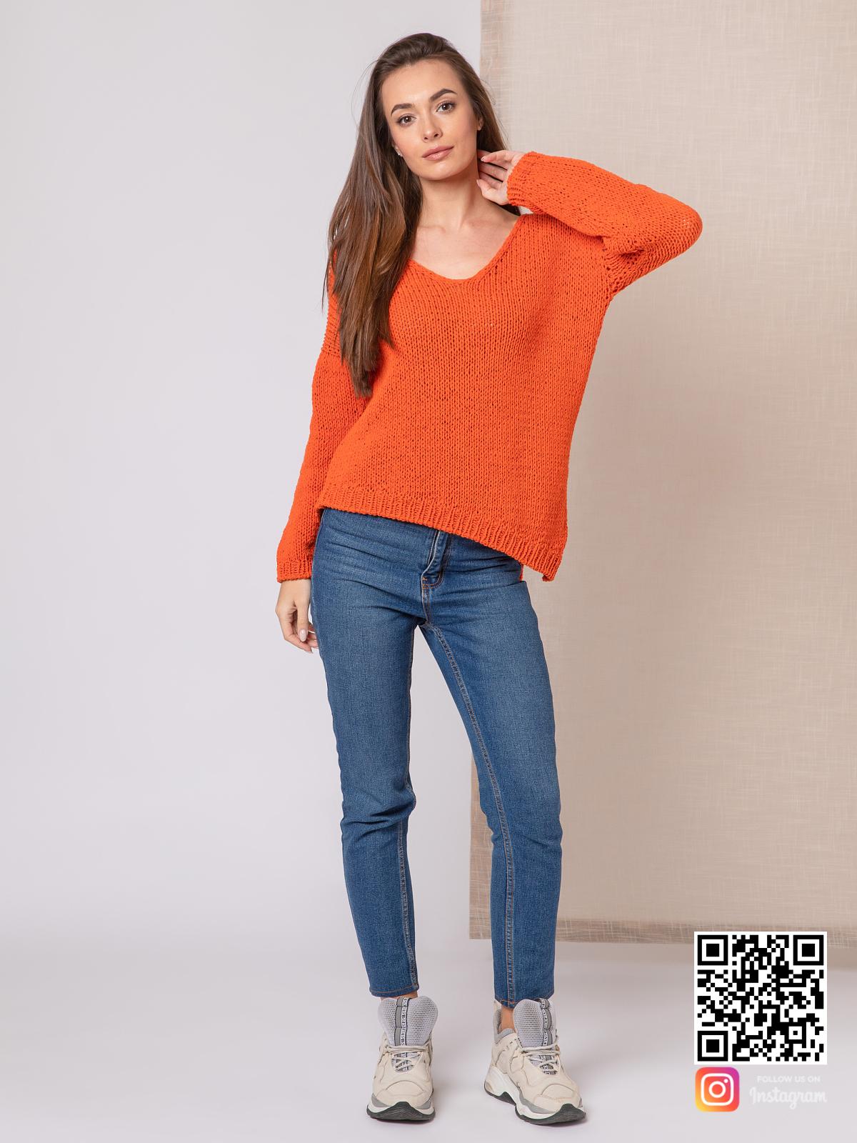 На третьей фотографии модный свитер для девушки с V-вырезом от Shapar, бренда вязаной одежды ручной работы в интернет-магазине связанных спицами вещей.