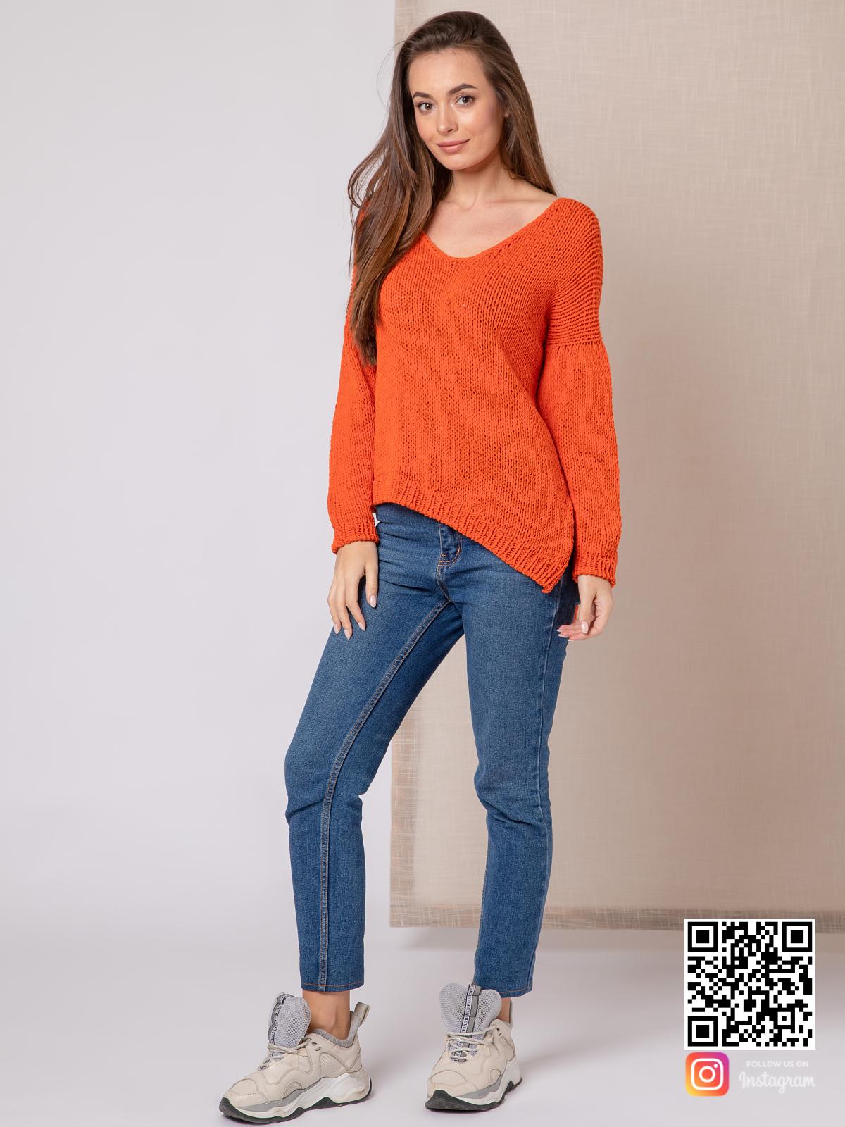 На фотографии модный свитер для девушки от Shapar, бренда вязаной одежды ручной работы в интернет-магазине связанных спицами вещей.