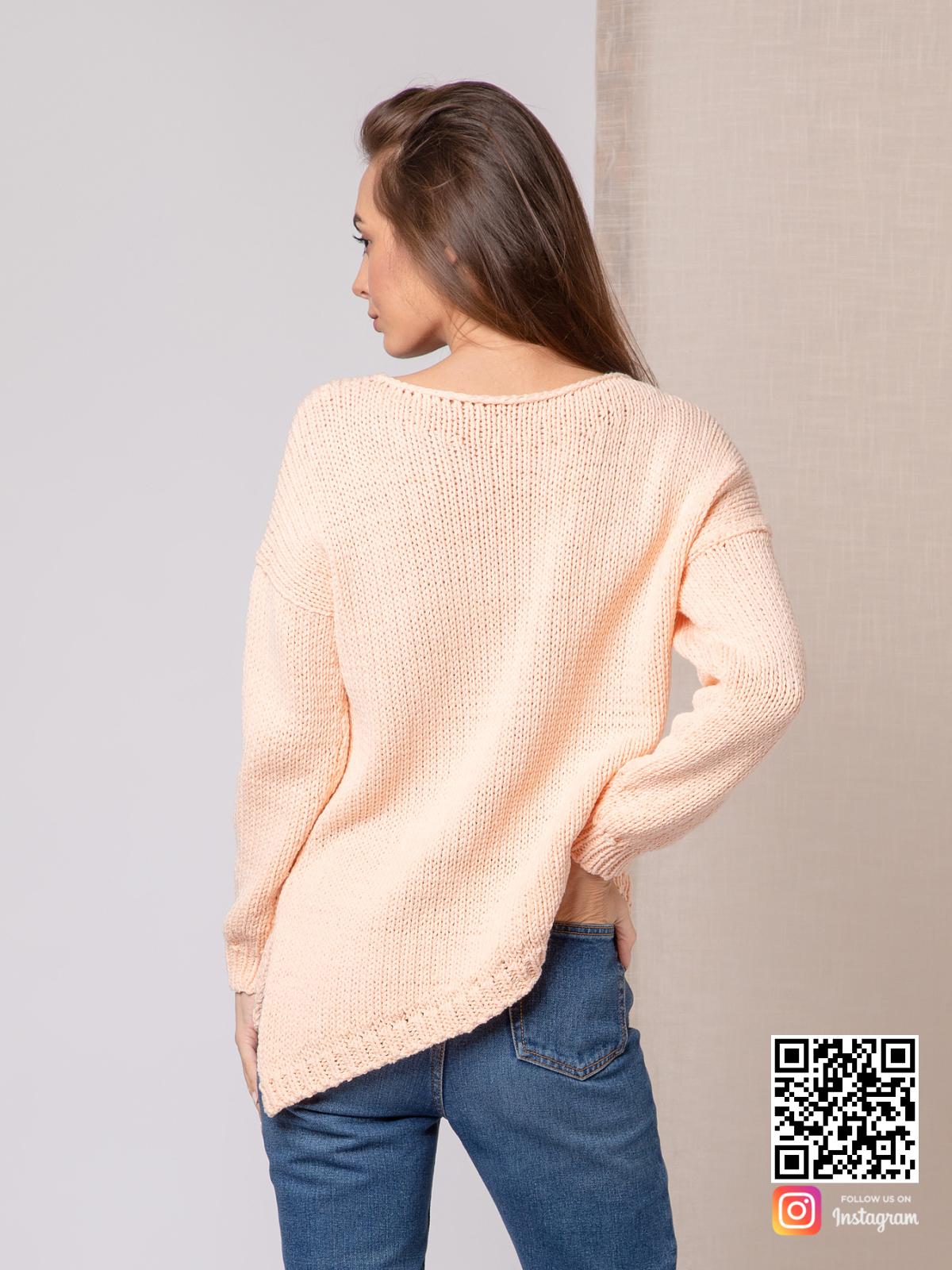 На второй фотографии молодежный женский свитер со спины от Shapar, бренда вязаной одежды ручной работы в интернет-магазине связанных спицами вещей.