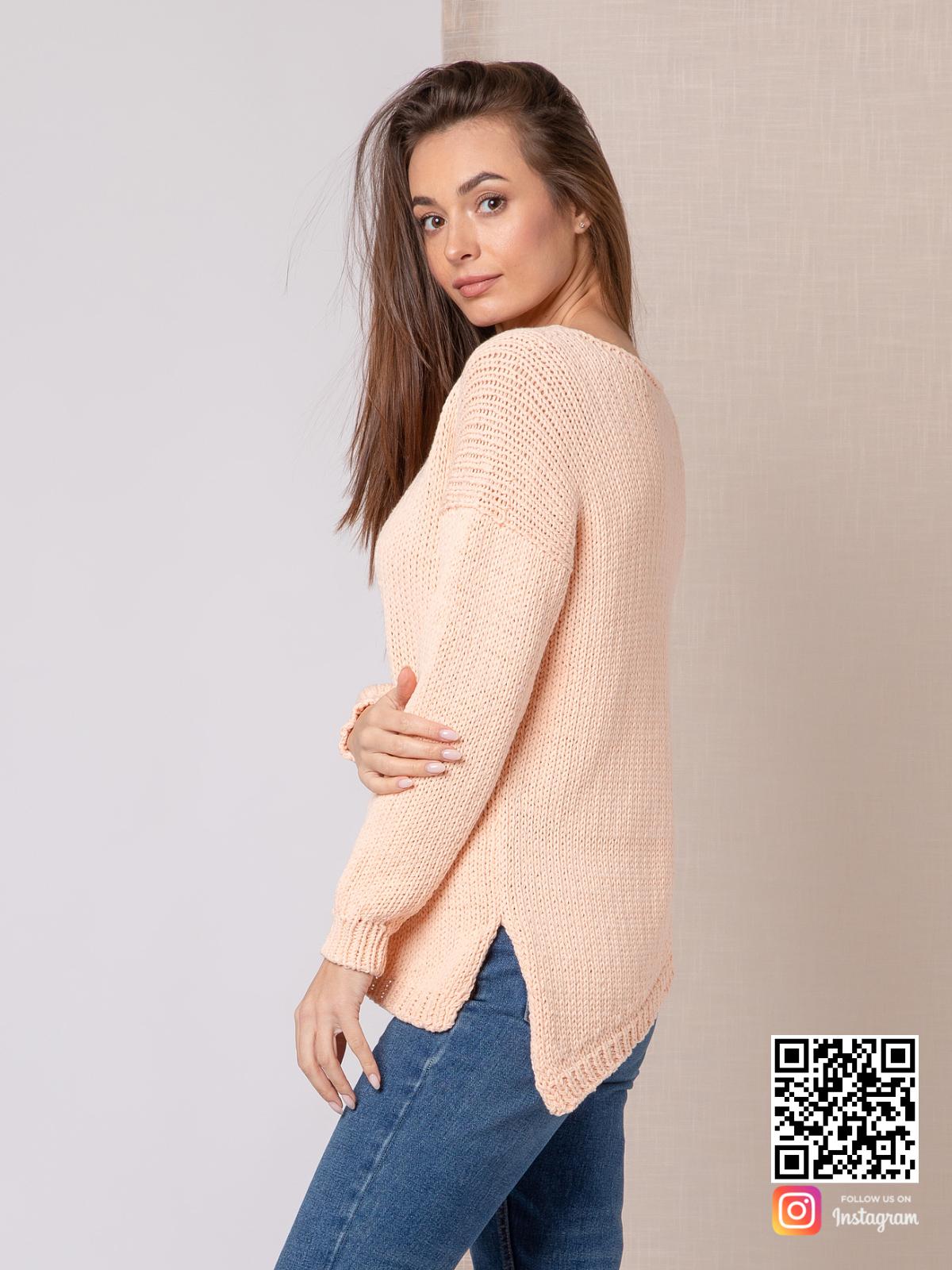 На третьей фотографии молодежный женский свитер персикового цвета от Shapar, бренда вязаной одежды ручной работы в интернет-магазине связанных спицами вещей.