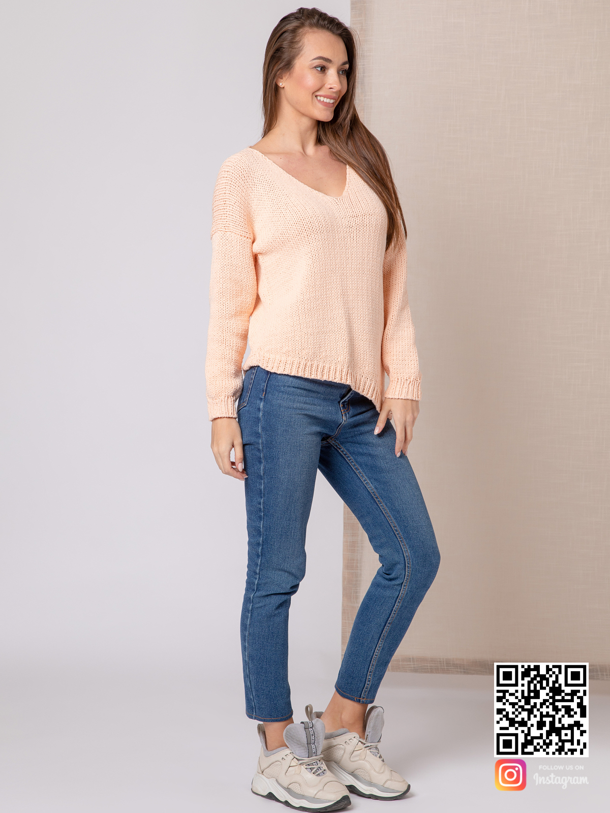 На четвертой фотографии молодежный женский свитер с асимметричным низом от Shapar, бренда вязаной одежды ручной работы в интернет-магазине связанных спицами вещей.