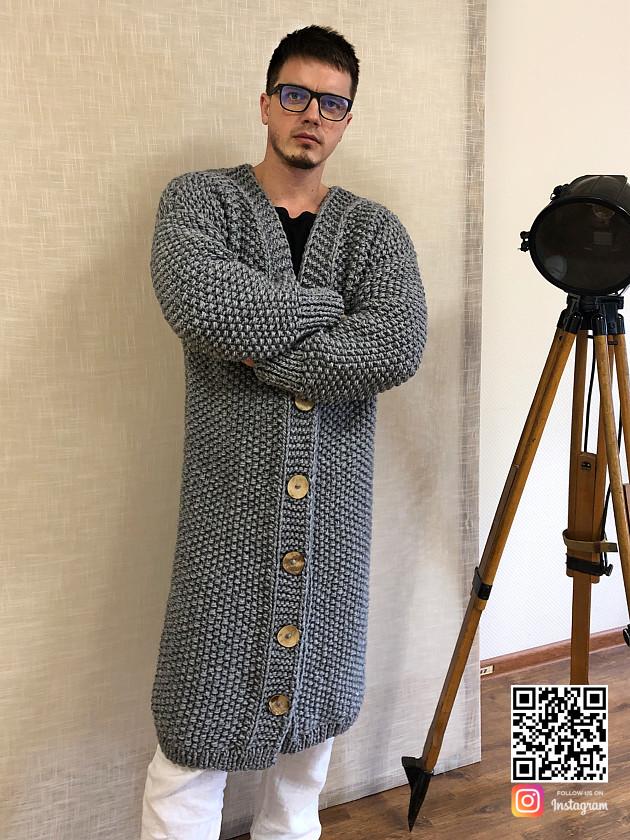 На фотографии кардиган мужской на пуговицах от Shapar, бренда вязаной одежды ручной работы в интернет-магазине связанных спицами вещей.