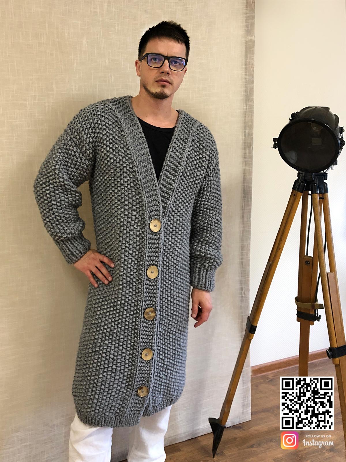 На пятой фотографии кардиган мужской на пуговицах крупной вязки от Shapar, бренда вязаной одежды ручной работы в интернет-магазине связанных спицами вещей.