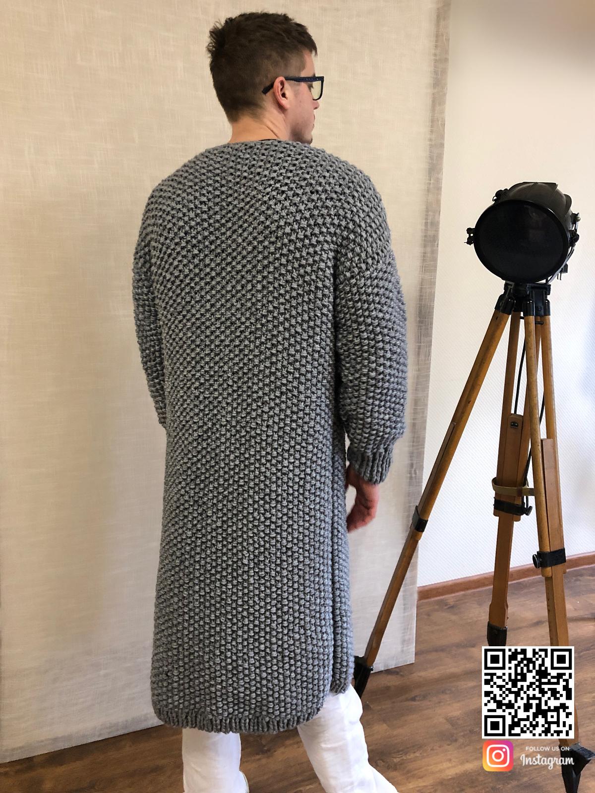 На второй фотографии кардиган мужской на пуговицах со спины от Shapar, бренда вязаной одежды ручной работы в интернет-магазине связанных спицами вещей.