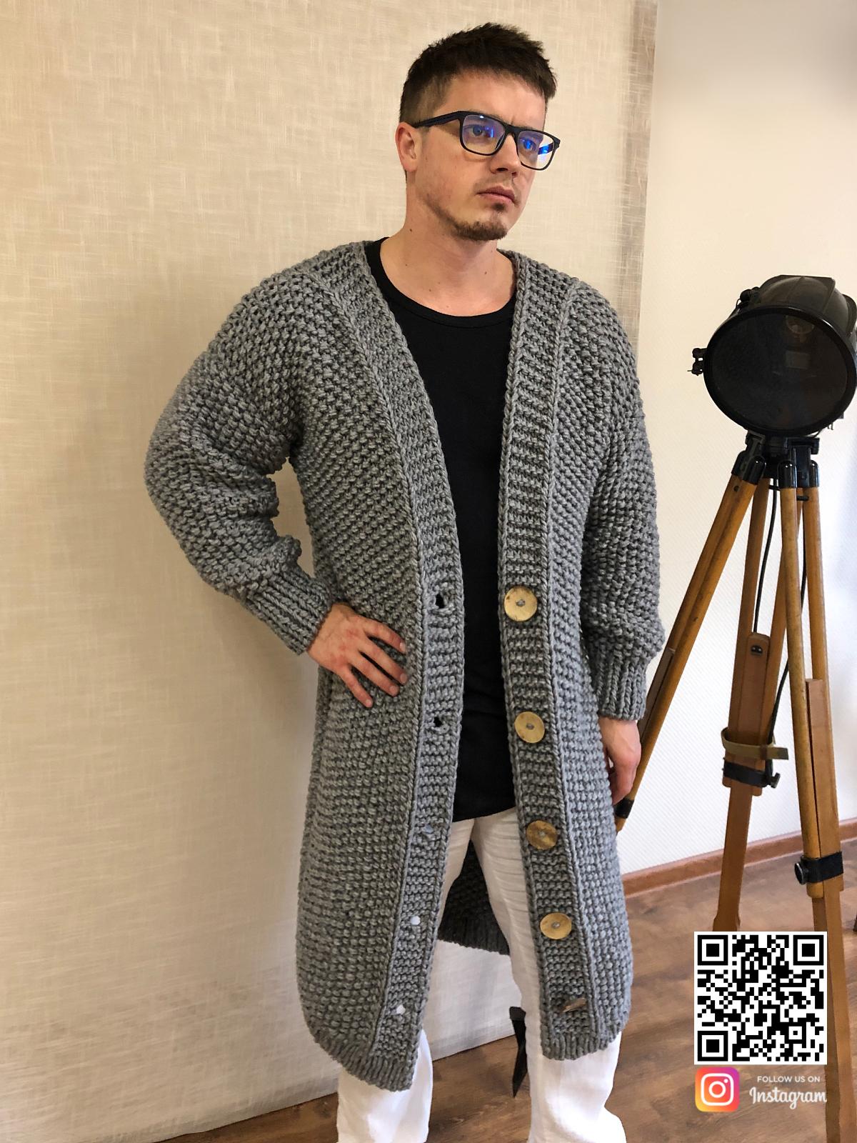 На четвертой фотографии длинный кардиган мужской на пуговицах от Shapar, бренда вязаной одежды ручной работы в интернет-магазине связанных спицами вещей.