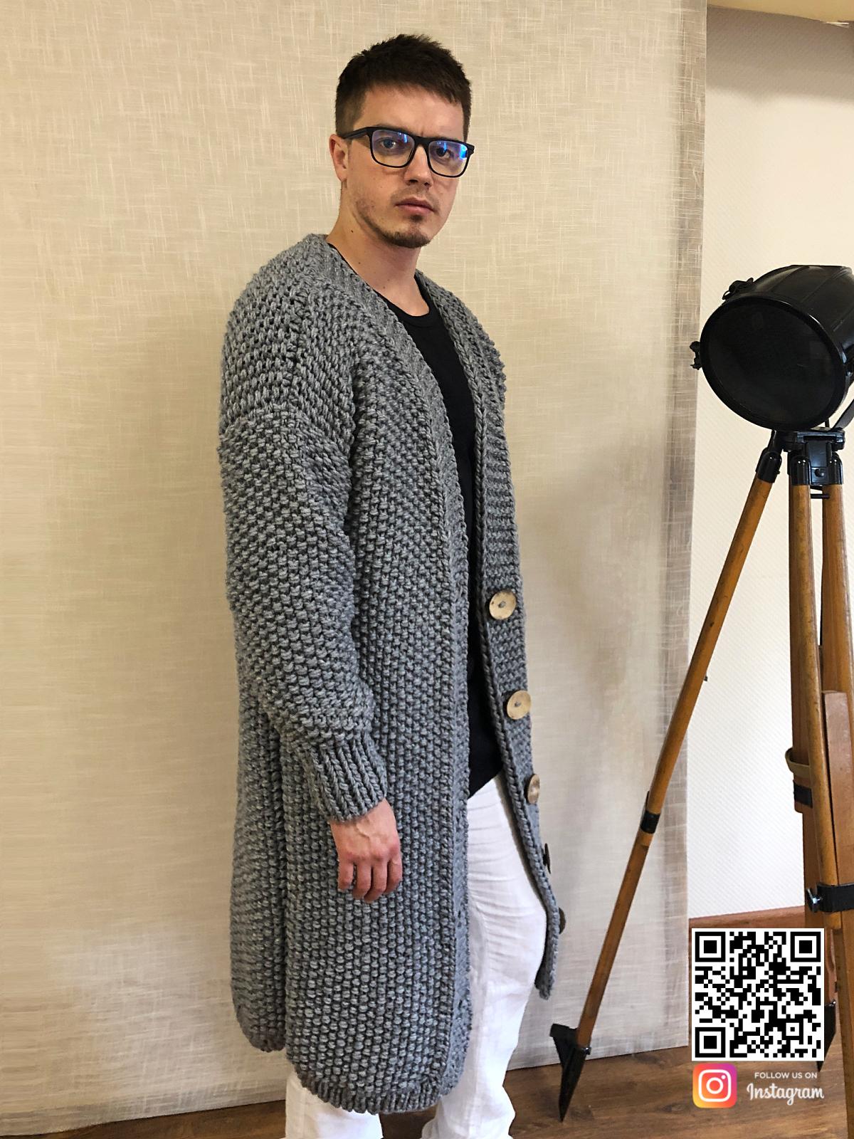 На третьей фотографии серый кардиган мужской на пуговицах от Shapar, бренда вязаной одежды ручной работы в интернет-магазине связанных спицами вещей.