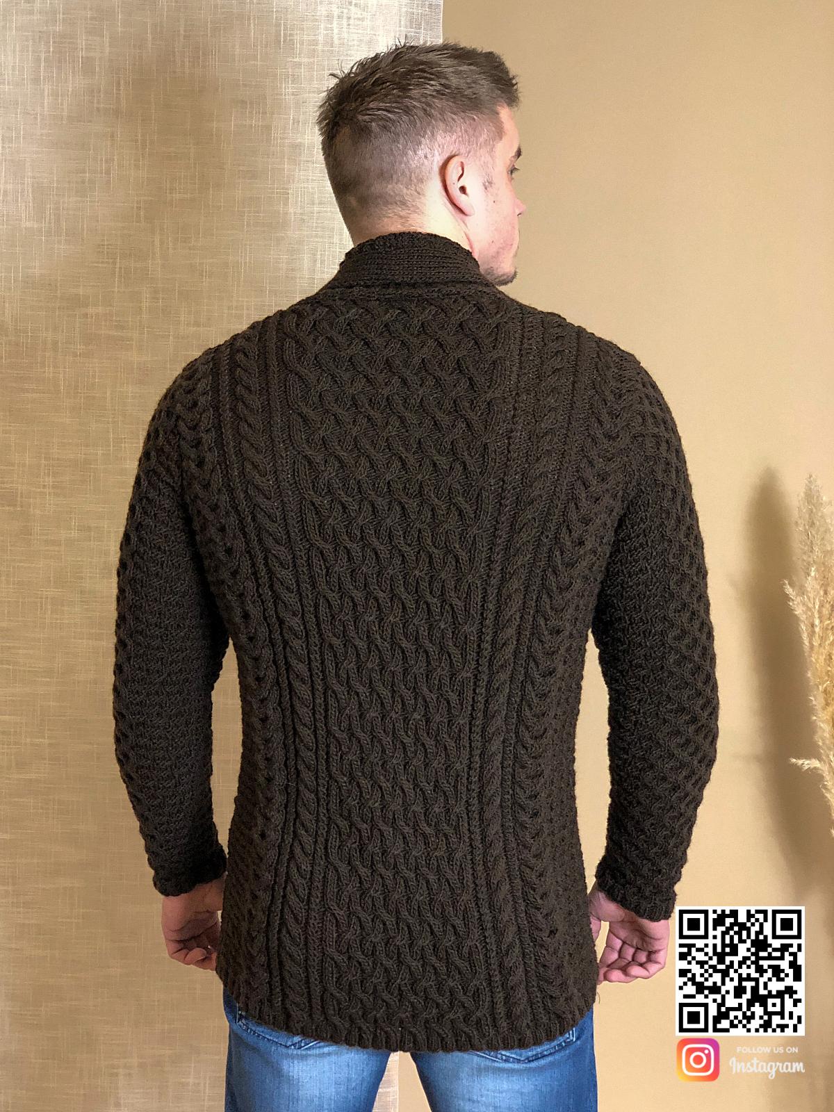 На второй фотографии мужской коричневый кардиган со спины от Shapar, бренда вязаной одежды ручной работы в интернет-магазине связанных спицами вещей.