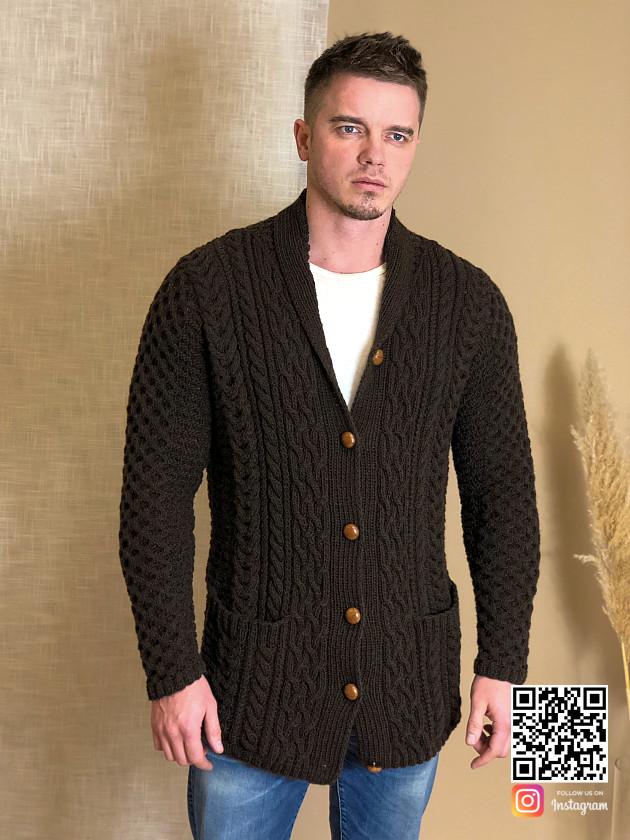 На фотографии мужской коричневый кардиган от Shapar, бренда вязаной одежды ручной работы в интернет-магазине связанных спицами вещей.