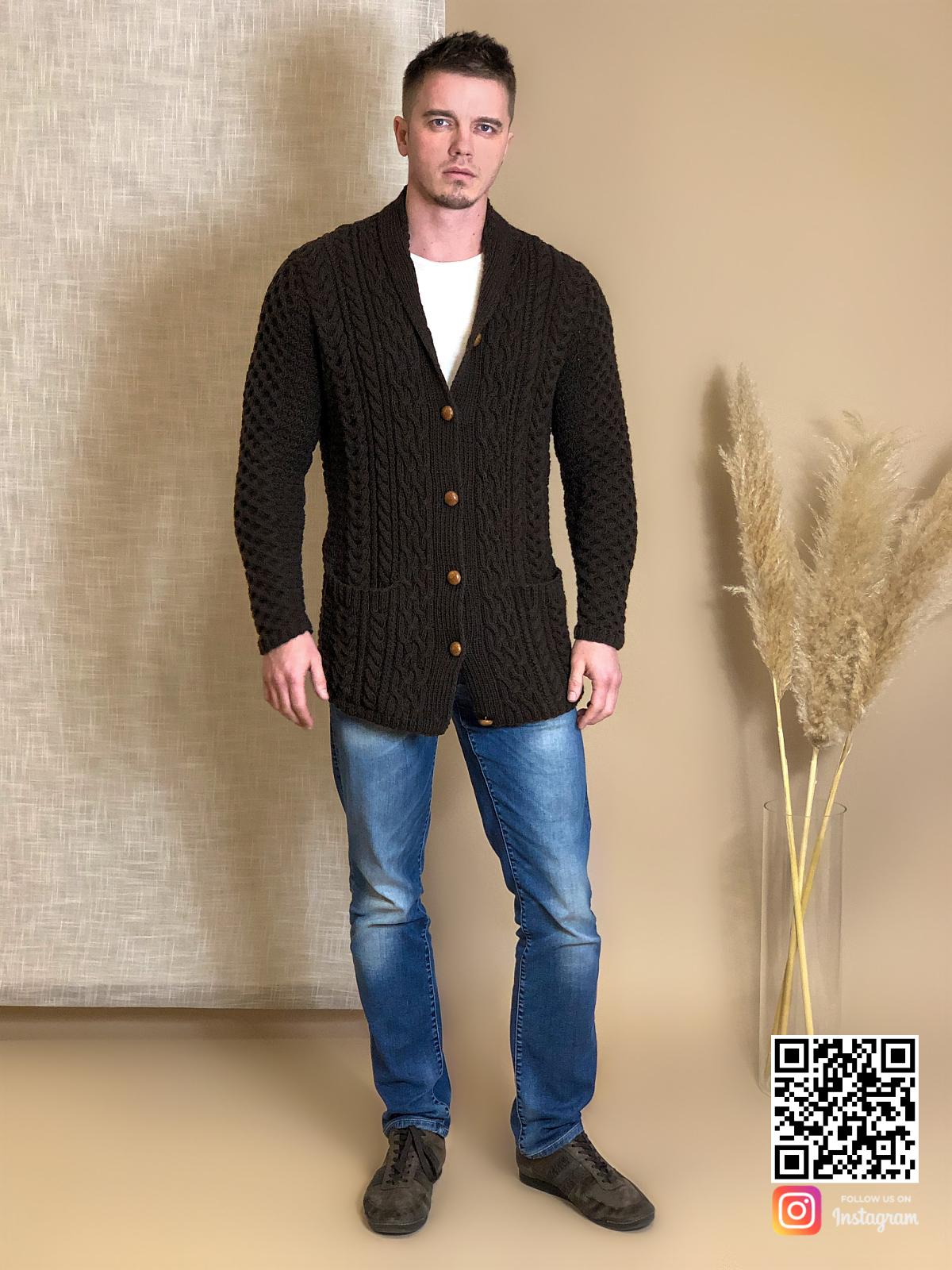 На восьмой фотографии стильный мужской коричневый кардиган от Shapar, бренда вязаной одежды ручной работы в интернет-магазине связанных спицами вещей.