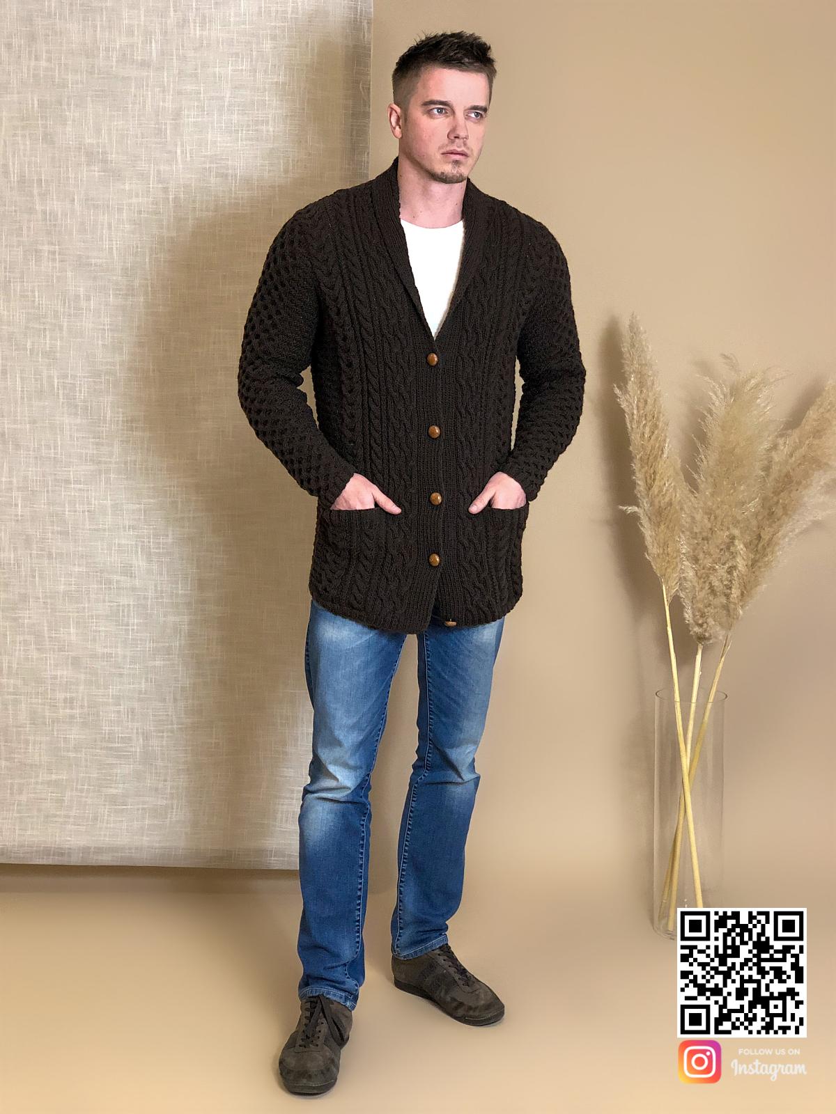 На шестой фотографии мужской коричневый кардиган с карманами от Shapar, бренда вязаной одежды ручной работы в интернет-магазине связанных спицами вещей.