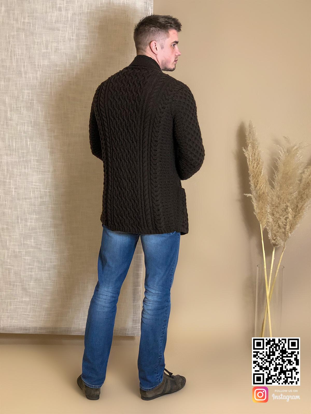 На пятой фотографии мужской коричневый кардиган средней длины от Shapar, бренда вязаной одежды ручной работы в интернет-магазине связанных спицами вещей.