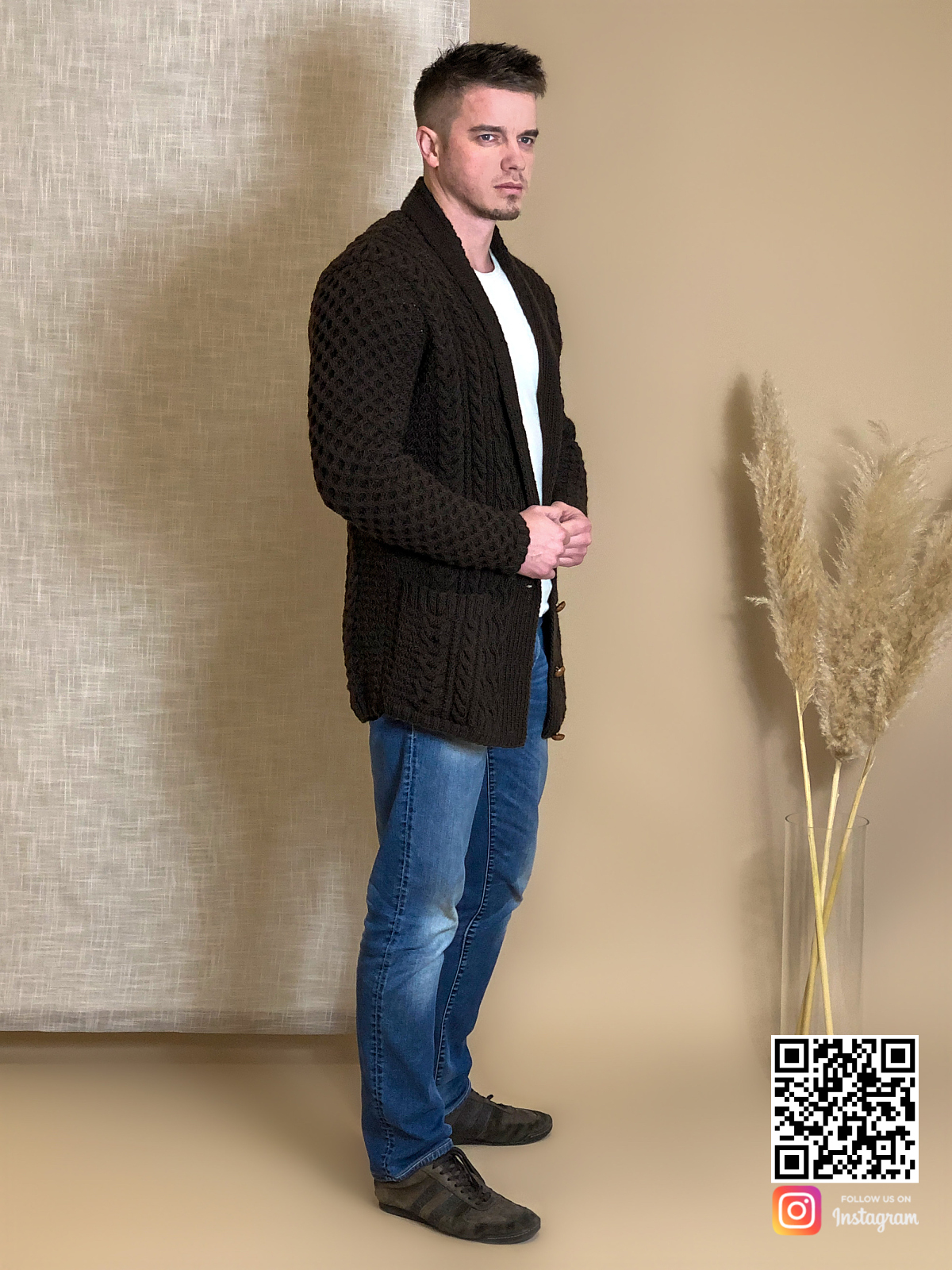 На четвертой фотографии мужской коричневый кардиган с узором от Shapar, бренда вязаной одежды ручной работы в интернет-магазине связанных спицами вещей.