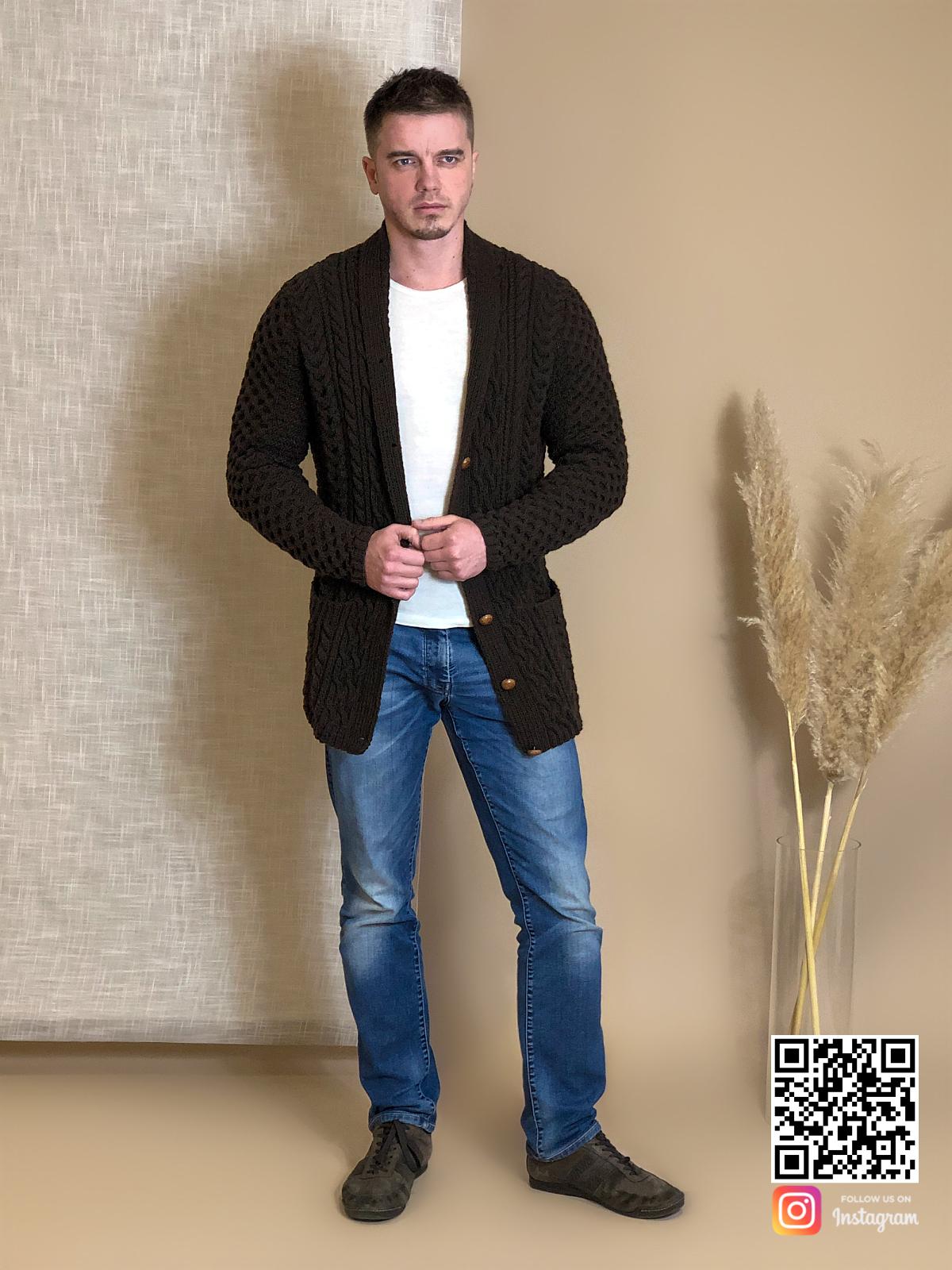 На седьмой фотографии мужской коричневый кардиган на пуговицах от Shapar, бренда вязаной одежды ручной работы в интернет-магазине связанных спицами вещей.