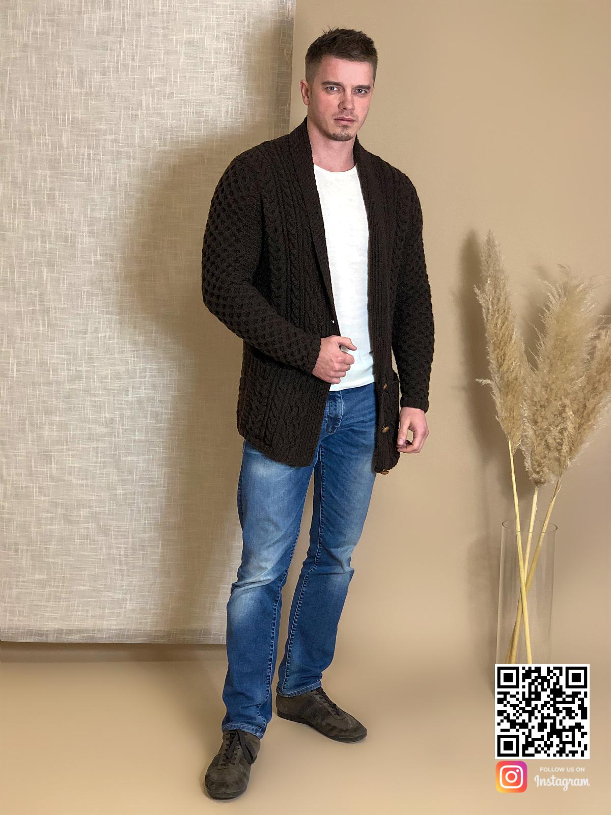 На третьей фотографии тонкий мужской коричневый кардиган от Shapar, бренда вязаной одежды ручной работы в интернет-магазине связанных спицами вещей.