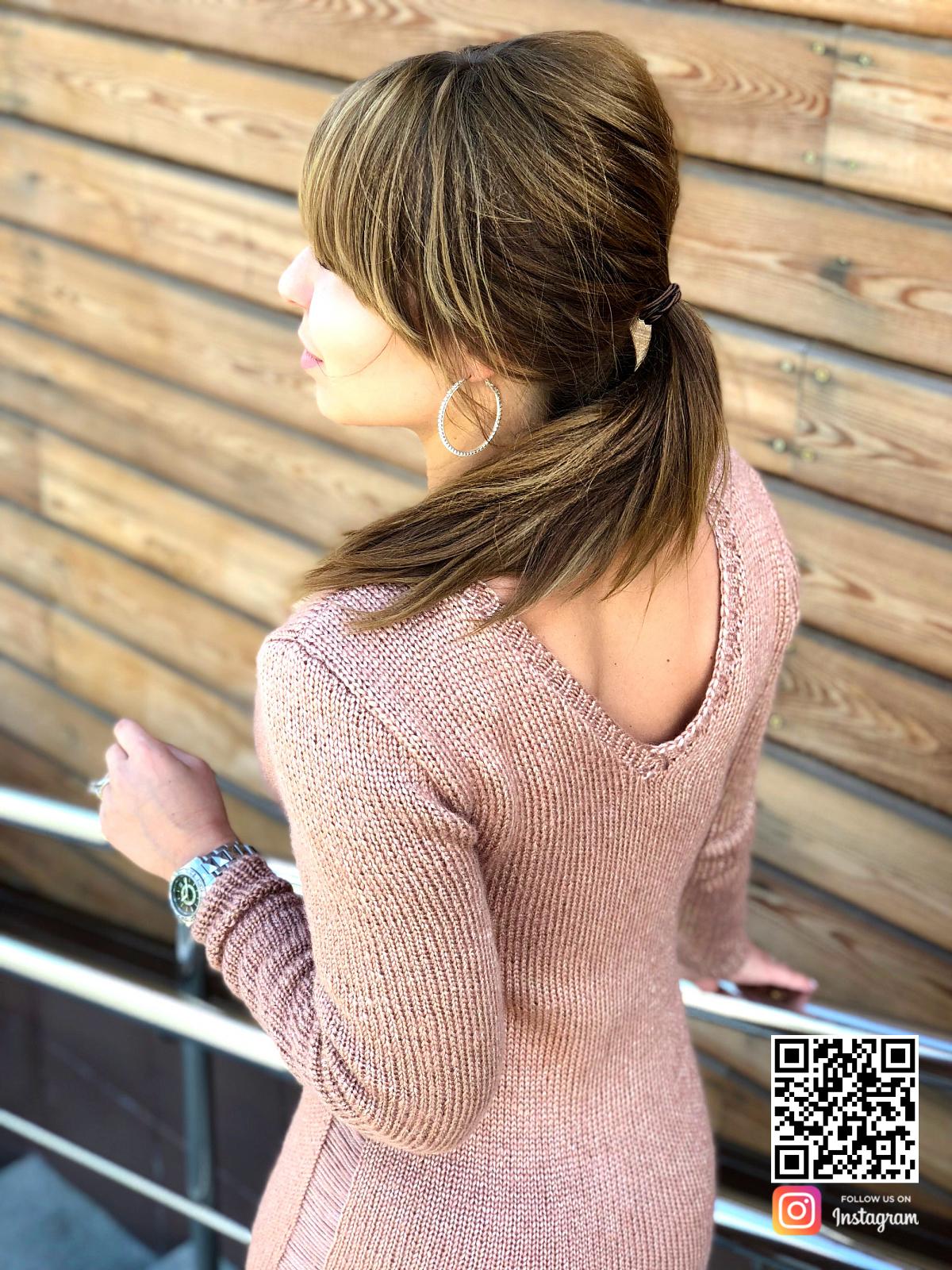 На четвертой фотографии коричневое вязаное платье с перетяжками на рукавах и по бокам со спины от SHAPAR, бренда женской одежды ручной работы в интернет-магазине связанных спицами вещей.