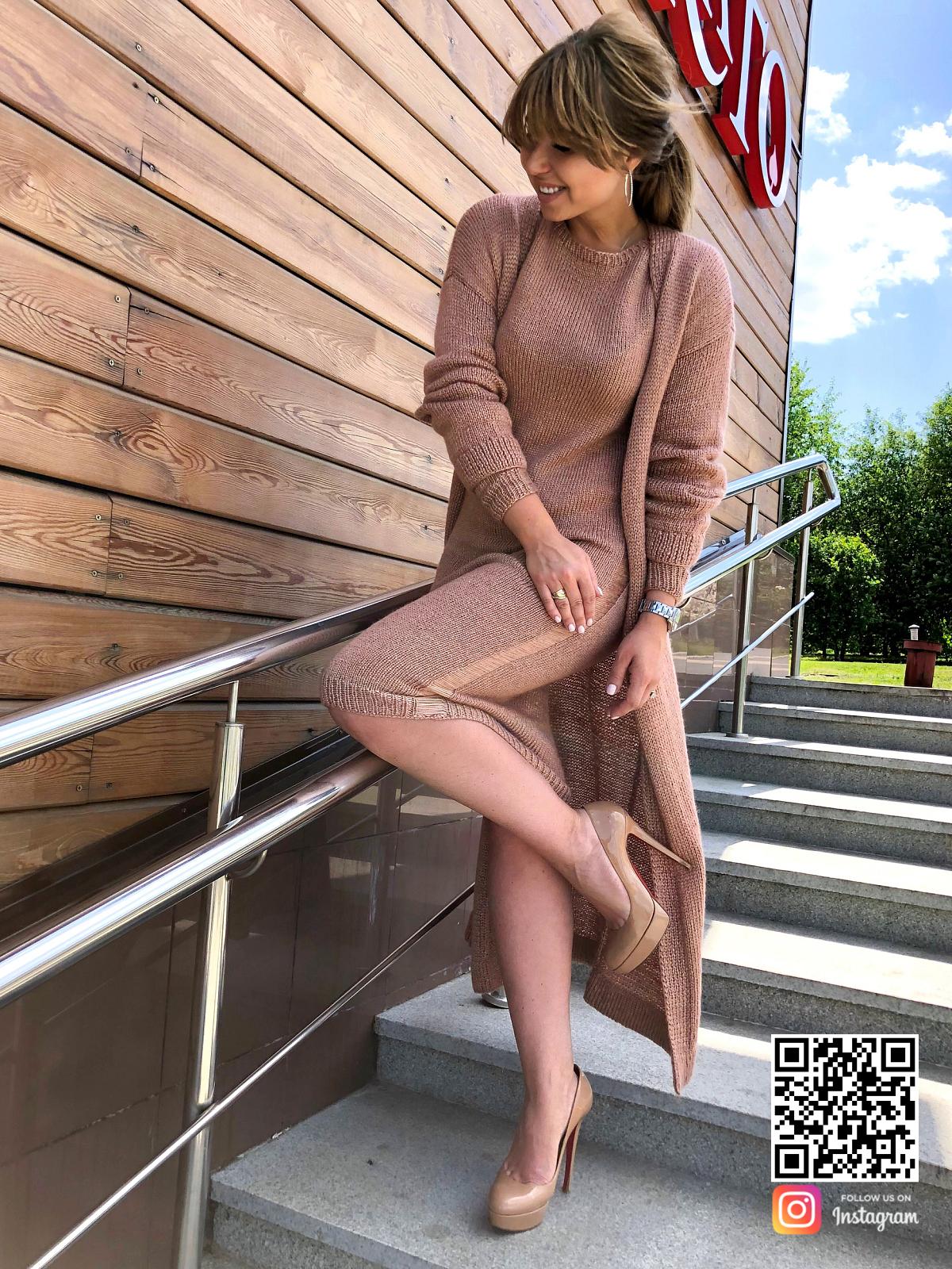 На фотографии платье и кардиган от Shapar, бренда вязаной одежды ручной работы в интернет-магазине связанных спицами вещей.